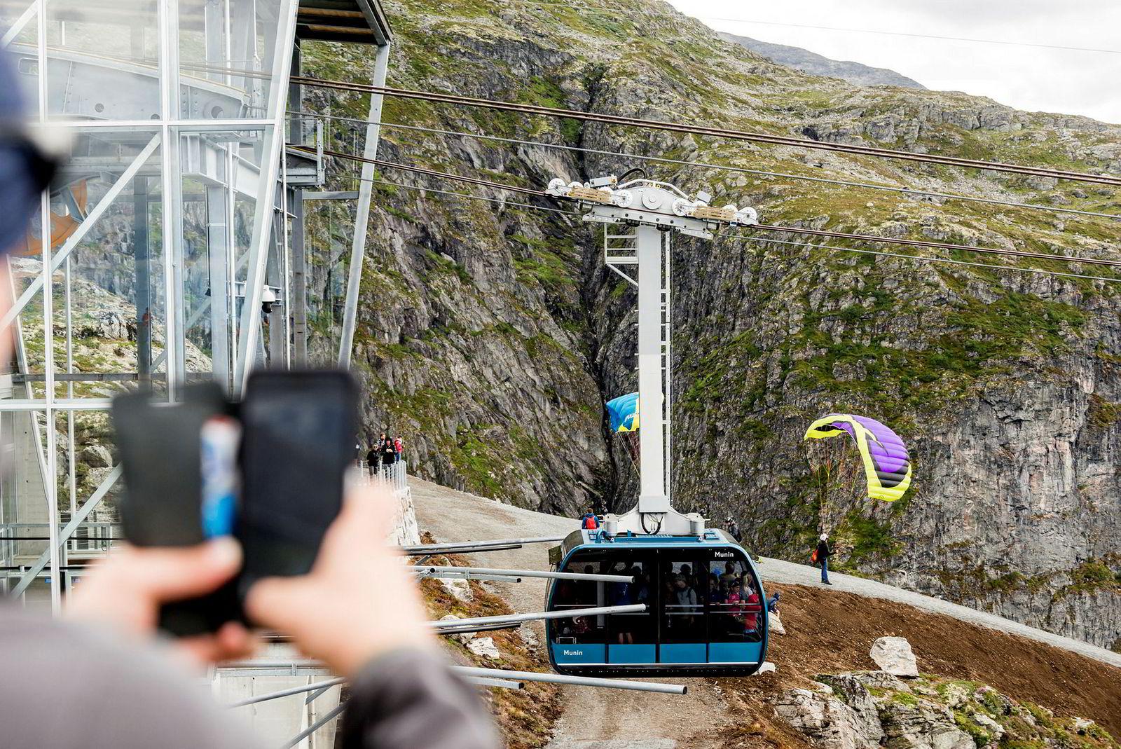 Hovenfjellet er blitt et av de mest populære utgangspunkt for speedflying etter at gondolbanen Loen Skylift åpnet. Banen tar hoppere – og andre – opp fra null til tusen høydemeter på litt over fem minutter.