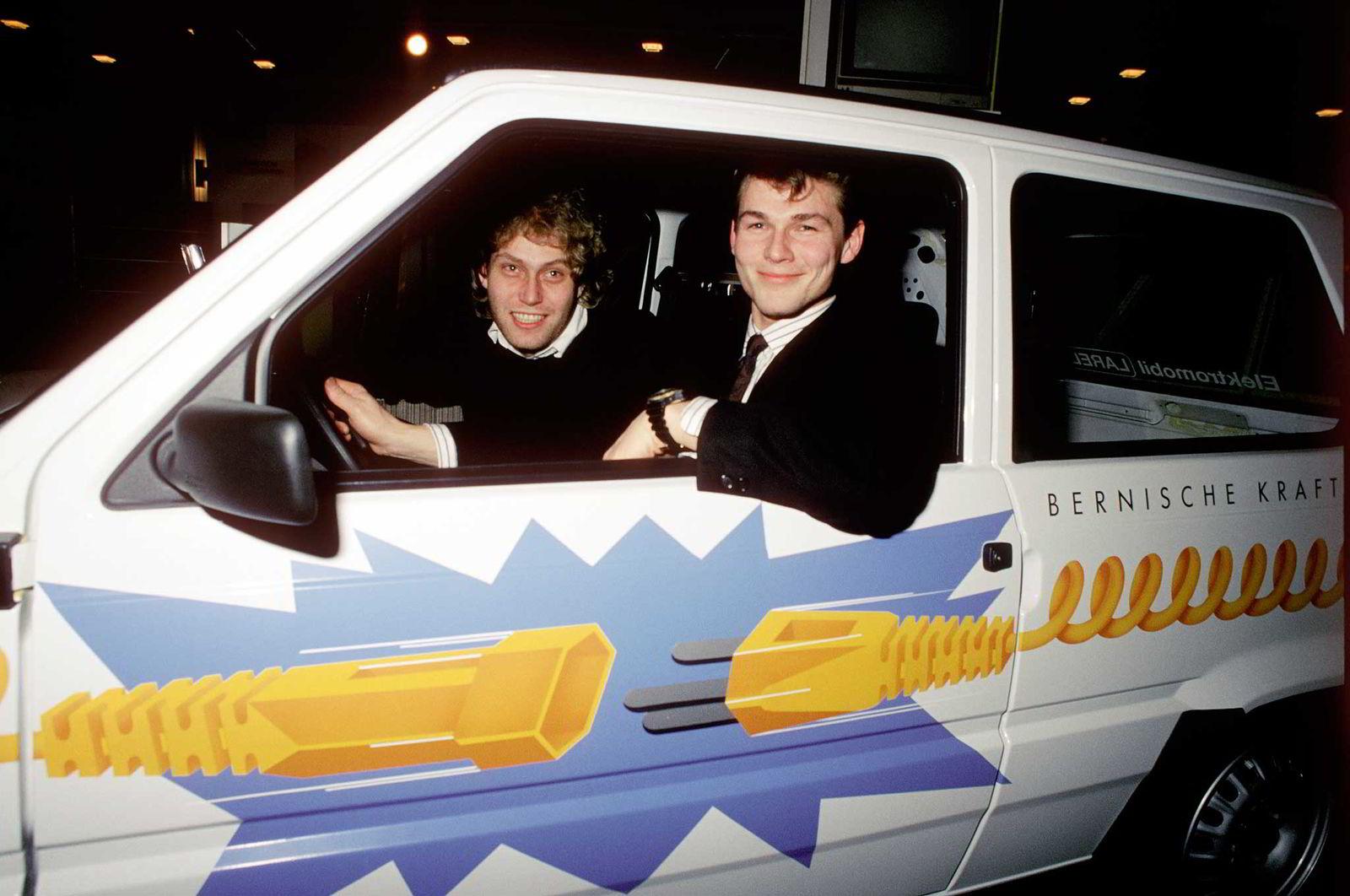 Sammen med Aha-vokalist Morten Harket (t.h.) importerte Bellona-leder Frederic Hauge  Norges første el-bil i 1989. Foto: Lise Møller/Scanpix