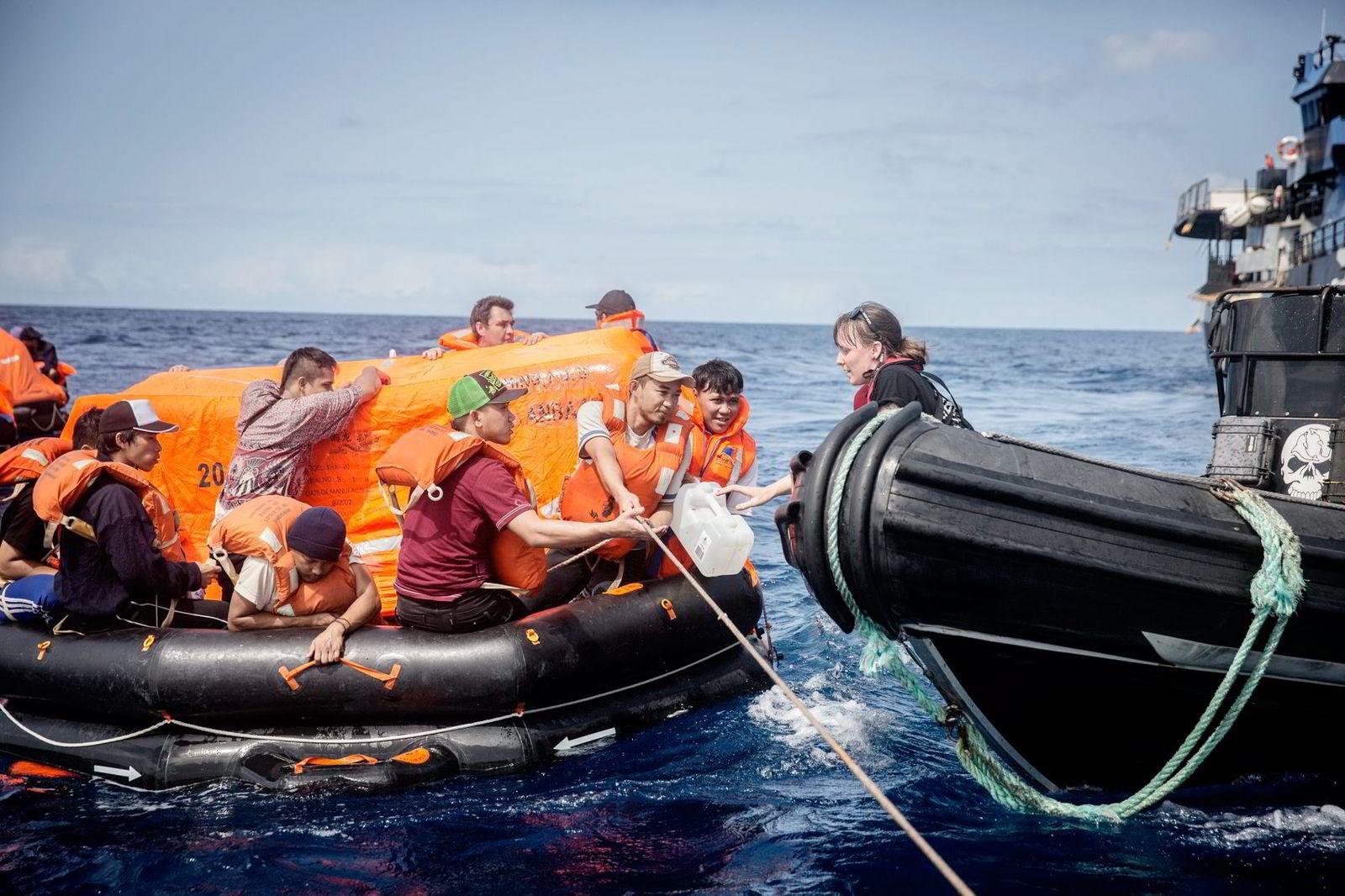 Mannskapet på «Thunder», de fleste av dem fra Indonesia, ble igår ettermiddag reddet av Sea Shepherd-aktivistene som har jaget dem i 110 døgn.