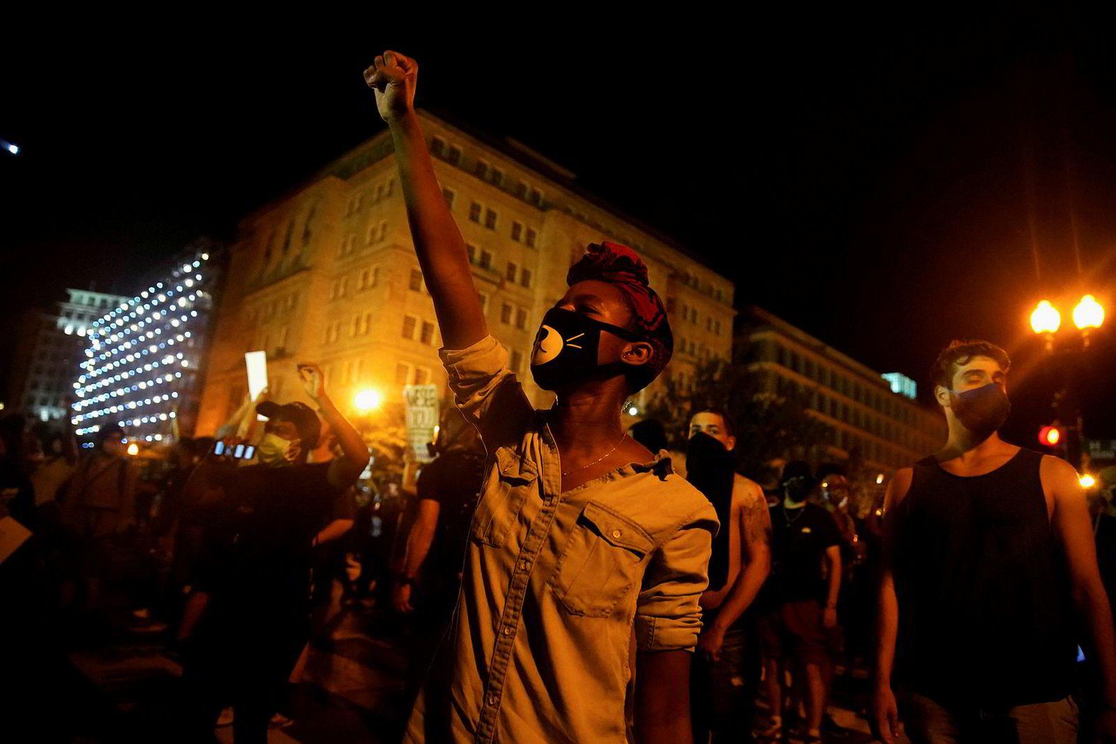 Demonstranter samlet seg blant annet i nærheten av Det hvite hus i Washington, D.C. lørdag kveld.