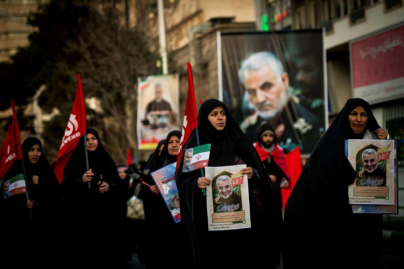 USAs likvidering av den iranske generalen Qasem Soleimani har skapt kraftige reaksjoner i Iran og verden for øvrig. Tidligere denne uken ble Soleimani gravlagt i sin hjemby Kerman, sørøst i Iran. Her fra et begravelsesfølge mandag i Irans hovedstad, Teheran.