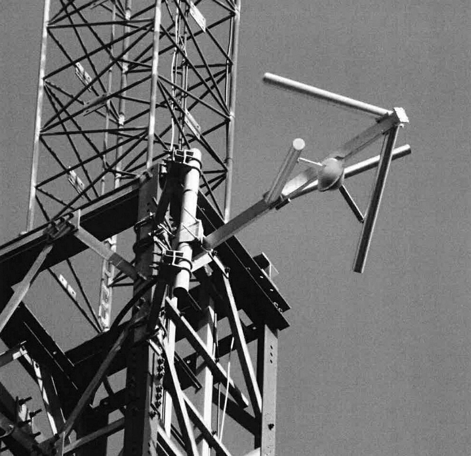 Mistenkt ulovlig fm-sender. – Hvor langt kabelen gikk opp vet vi ikke, men sannsynligvis gikk den til fm antennen montert på toppen av masten, skriver Nkom i en tilsynsrapport fra en radiomast på Voksenkollen.