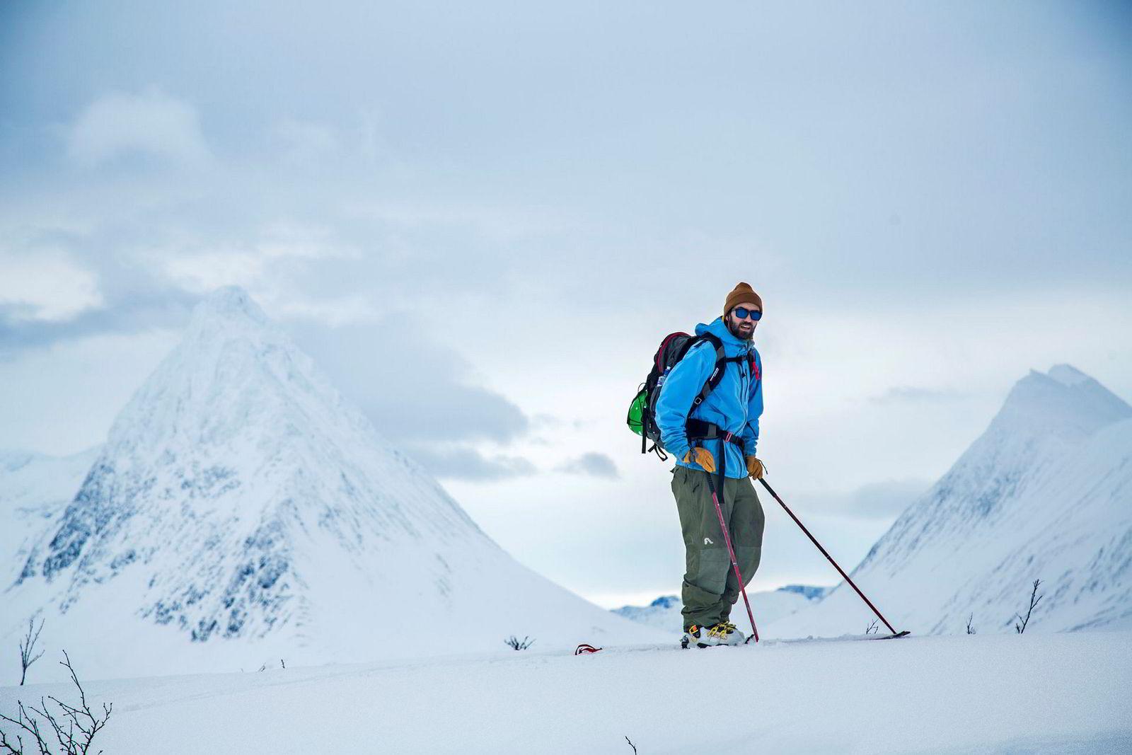 Jens-Egil Nysæther tester skiene sine i fjellene rett utforbi dørene til verkstedet i Laksvatn.