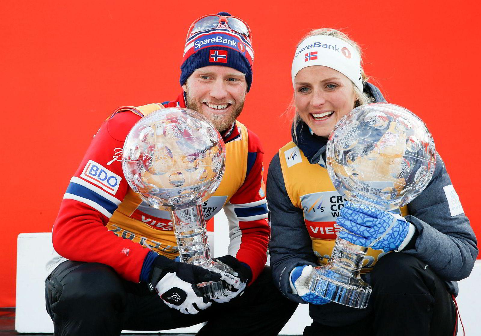 Martin Johnsrud Sundby og Therese Johaug var de to store langrennsstjernene sist vinter. Nå har Sundby sonet en to måneder lang straff for brudd på dopingreglementet. Johaug venter på endelig straff, som er innstilt til 14 måneder. Her som vinnere av verdenscupen sist vinter.