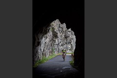 Syklistene snirkler seg opp den gamle veien i Måbødalen.