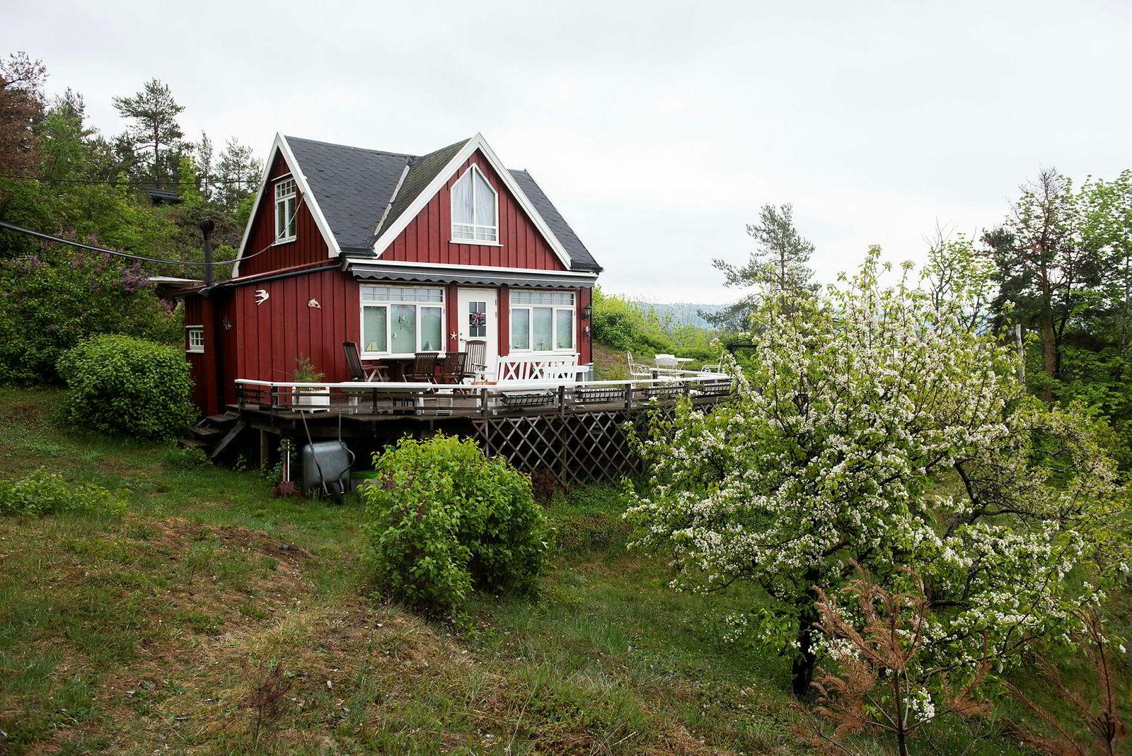 Denne 45 kvadratmeter store hytta på Lindøya har fått en prisantydning 4,8 mill.