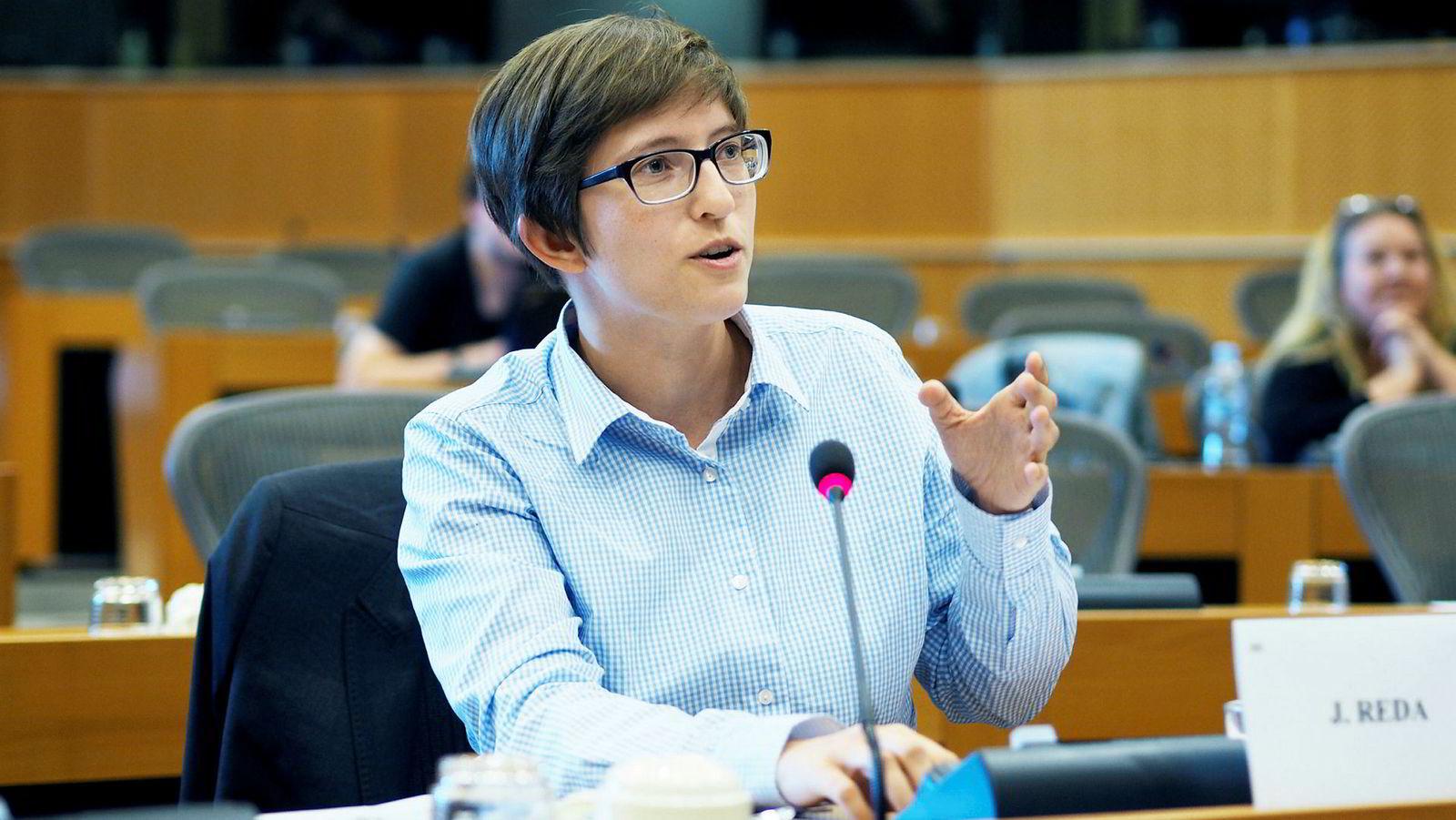 Medlem i Europaparlamentet Julia Reda er skeptisk til opphavsdirektivet, og mener blant annet det vil ramme fankulturen rundt idrettsarrangementer.