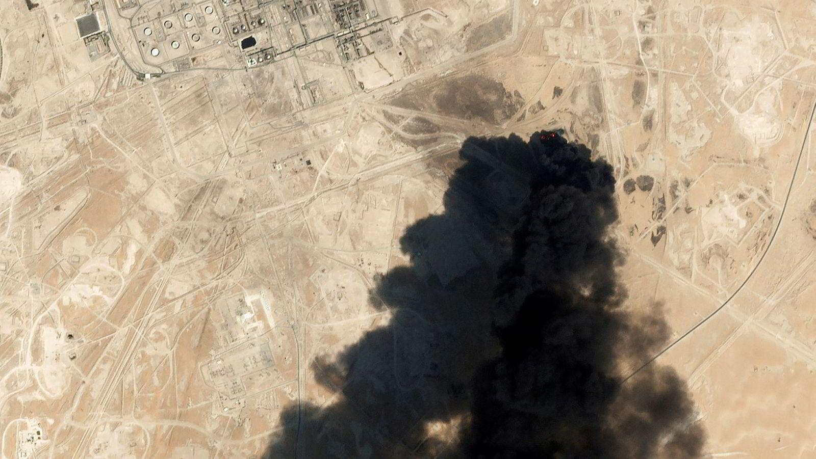 Satellittbilder viser tykk, svart røyk fra Saudi Aramcos Abqaiq-anlegg i Buqyaq.