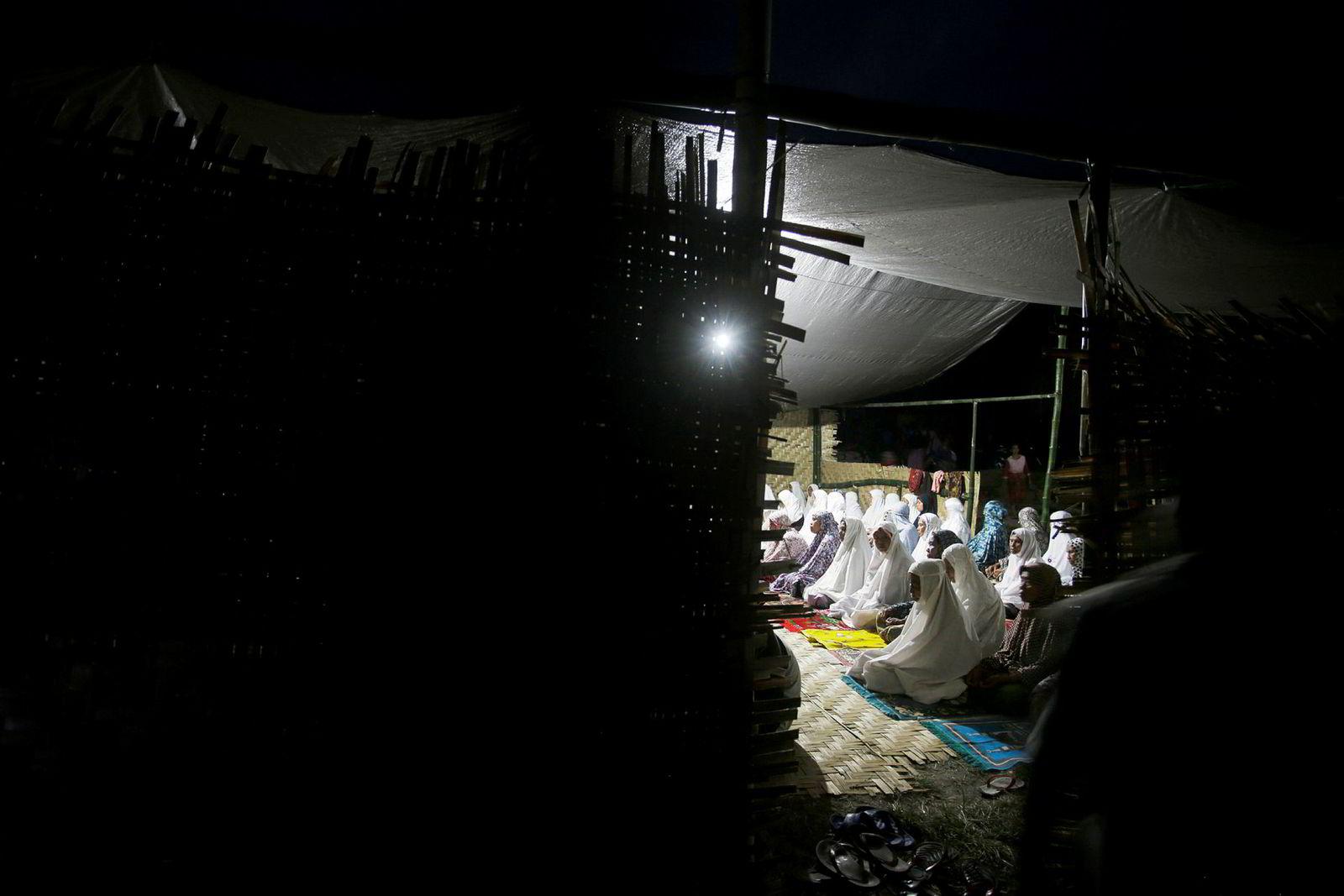 Kvinner er bøyd i bønn inne i et telt i et av områdene satt opp for å gi ly til de mange hjemløse fra torsdagens jordskjelv i Indonesia. Etterskjelvet ble målt til 6,2.