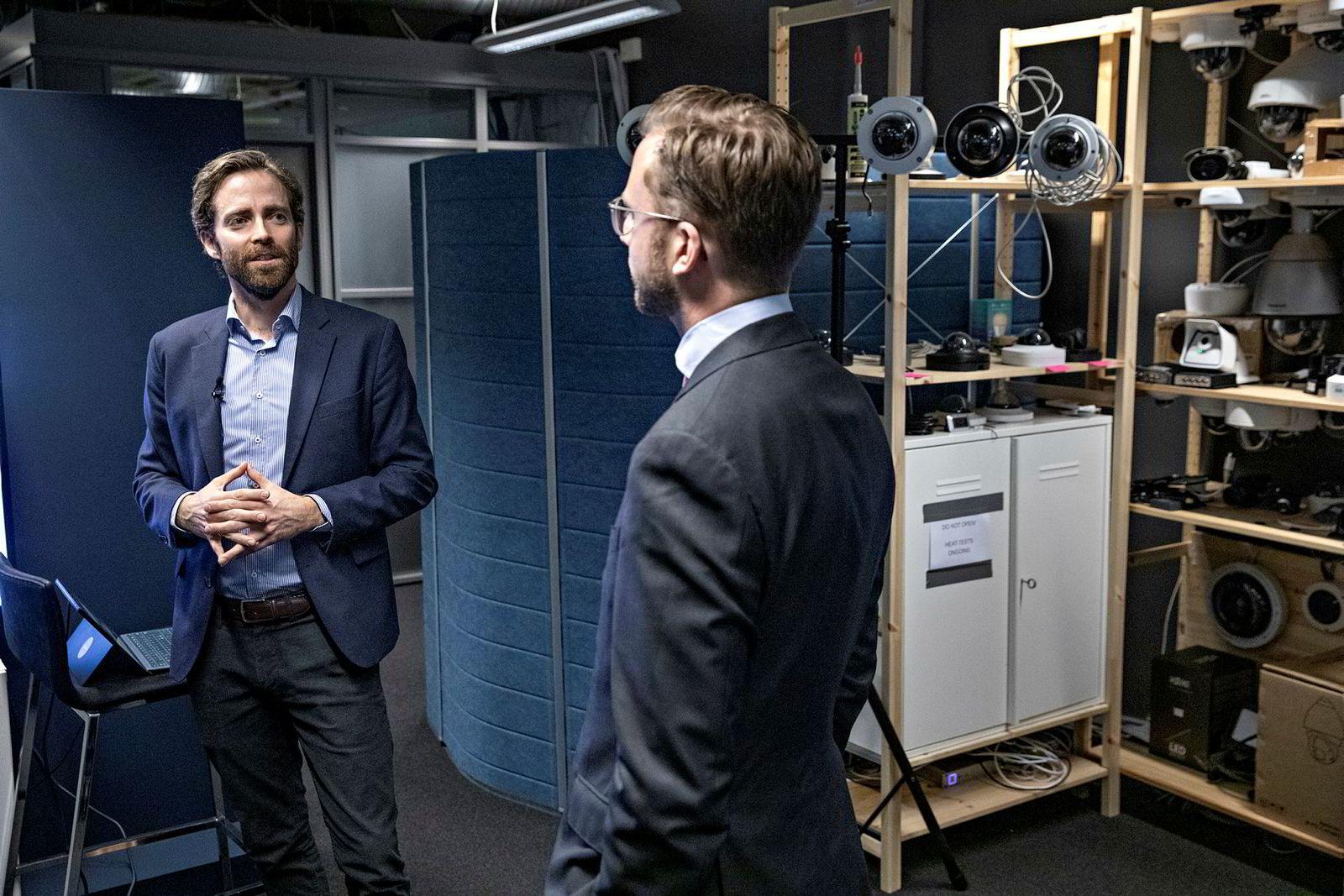 Etter å ha lansert regjeringens AI-strategi, fikk daværende digitaliseringsminister Nikolai Astrup (H) for noen dager siden en omvisning av Vaion og Jazz Networks-sjef Tormod Ree (til venstre).