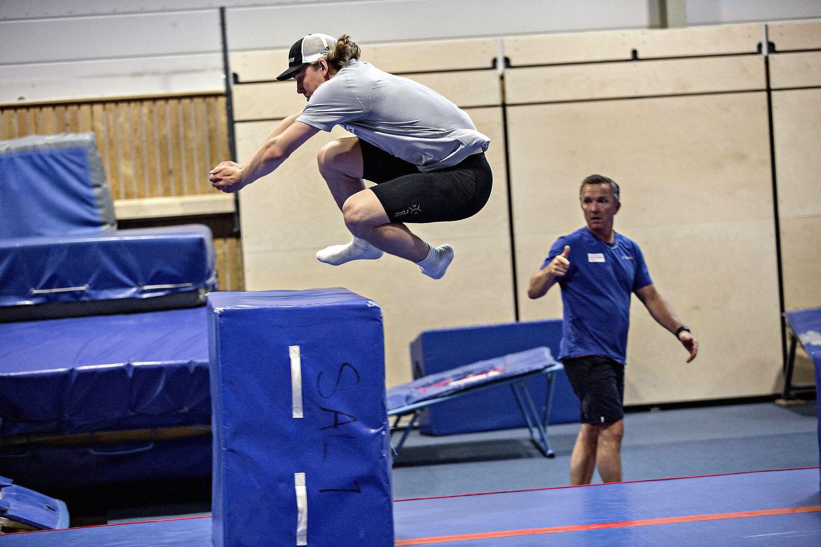 Axel Patricksson spretter over hindrene i turnsalen. Morten Bråten fra Olympiatoppen gir instruksjoner. Foto: Aleksander Nordahl