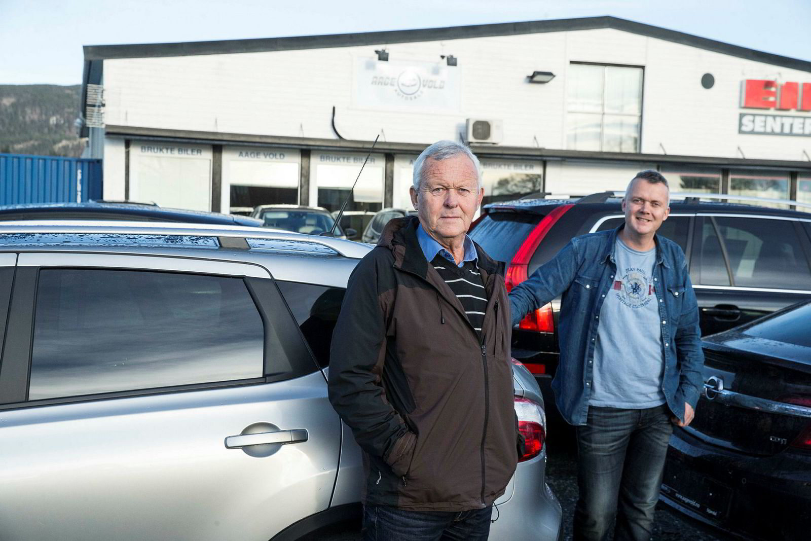 Nøktern drift med enkle lokaler har kjennetegnet bruktbilbutikken som Aage Vold (69) har bygget opp i Størdal. I løpet av de siste årene har sønnen Stein Aage Vold (44) overtatt driften gjennom Aage Vold autosalg.