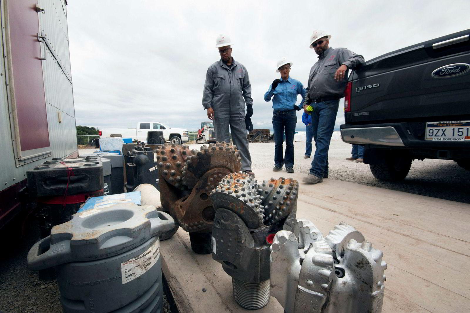 Borekroner er satt klare på produksjonsområdet Eisenbarth for å bore seg ned til de verdifulle gassfeltene i Ohio, der et av USAs største gassfelt ligger. Colin Hecker viser frem borekronene til Equinors Tracy Quon og kommunikasjonsrådgiver Hasting Stewart.