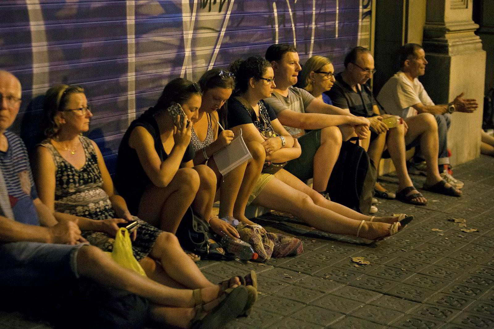 Politiet sperret av store deler av Barcelona sentrum. Her venter folk på å komme til sine leiligheter.