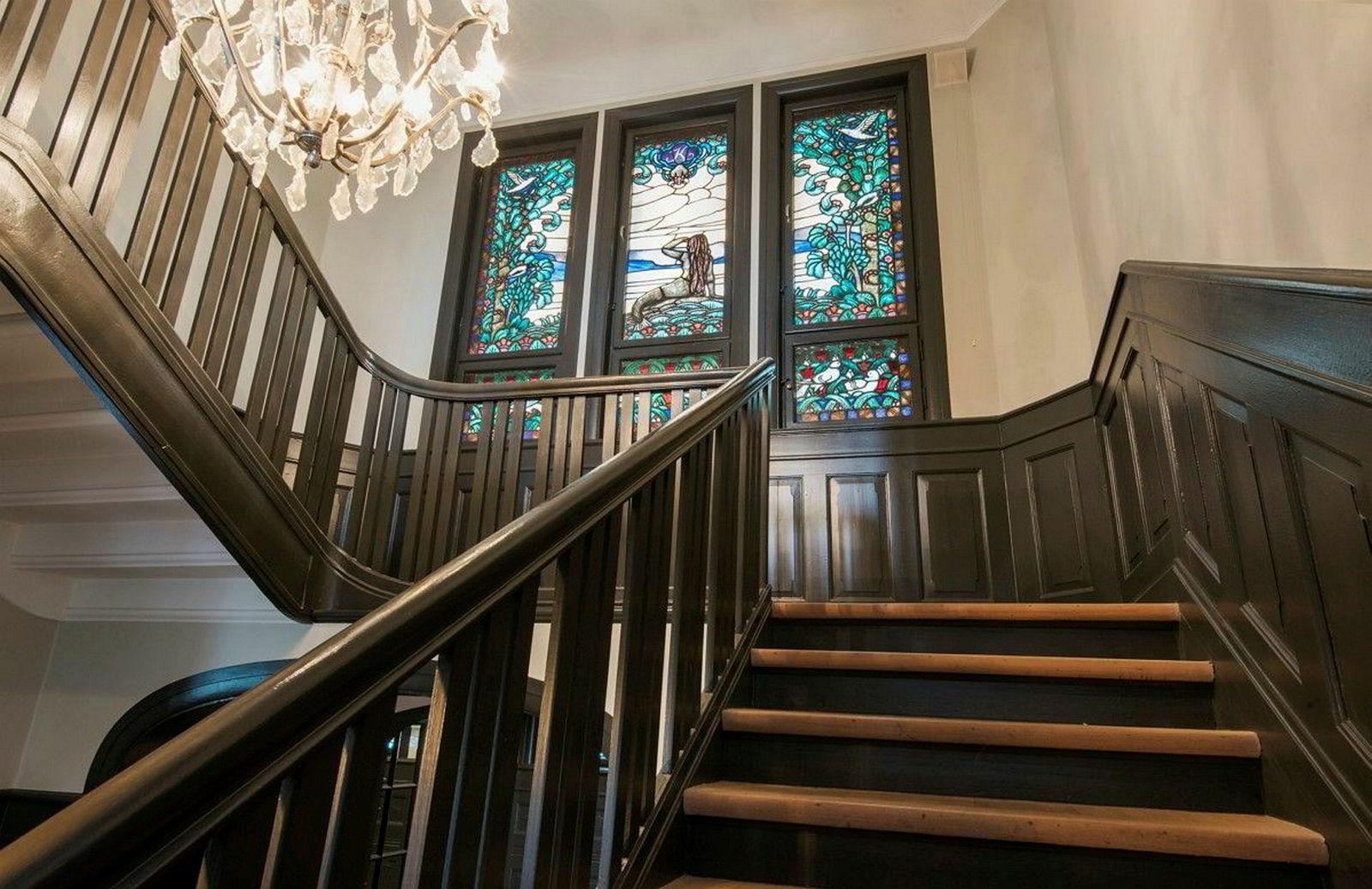 Gamle glassmalerier er bevart i boligen, som ble bygget i 1917.