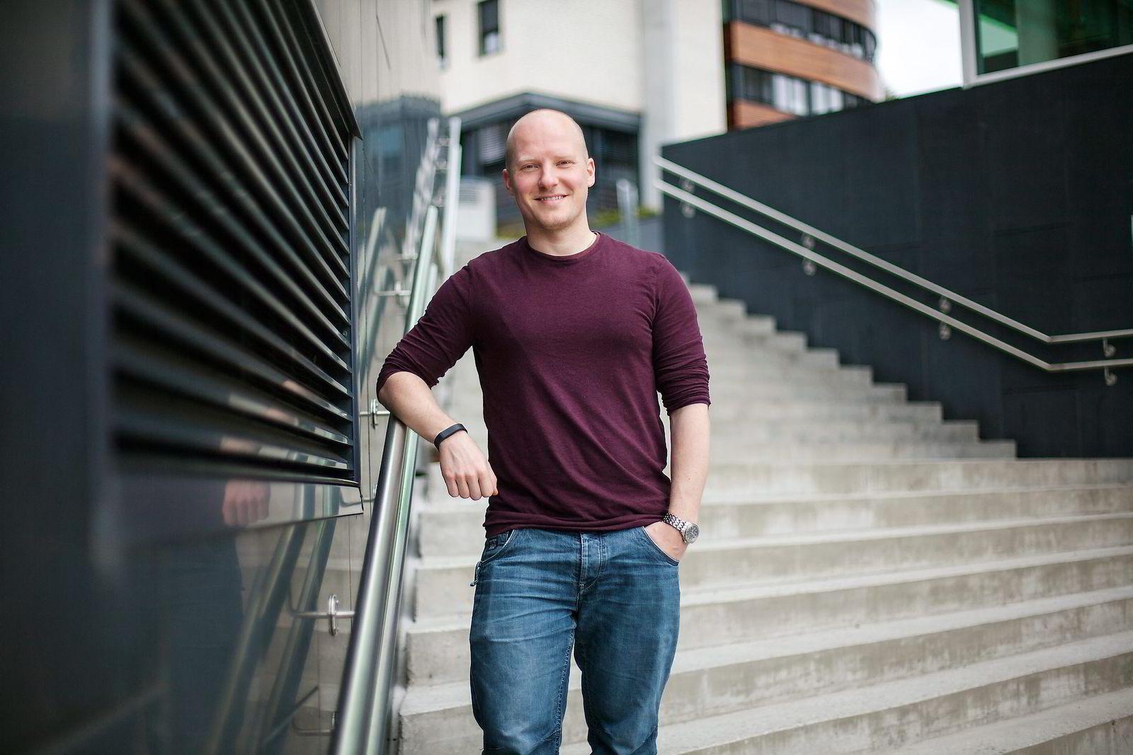 Steffen Tøsse Brun (30) er en aktiv fondssparer, men irritasjon over utløst skatt gjør at han har valgt å spare gjennom såkalt fondskonto. Foto: