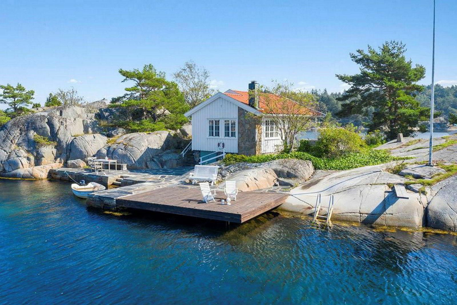Den enkle hytta er på 50 kvadratmeter og oppført i 1970 og har ifølge salgsoppgaven behov for oppgradering.
