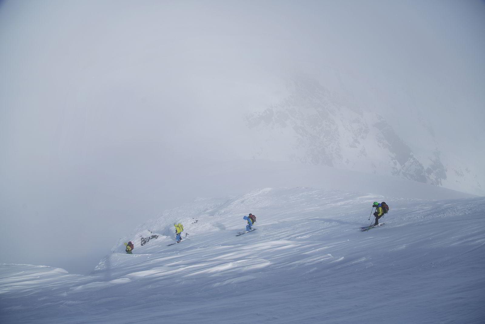 """Turens mest krevende nedkjøring kommer like etter toppen er nådd. For å være sikker på at du treffer den smale renna ned mot """"Salen"""", som skiller fjelltoppene Jiehkkevárri og Kveita, trenger du hjelp av en fjellguide. I tåkehavet på 1540 meters høyde er det livsfarlig å havne utenfor et stup eller i en bresprekk."""