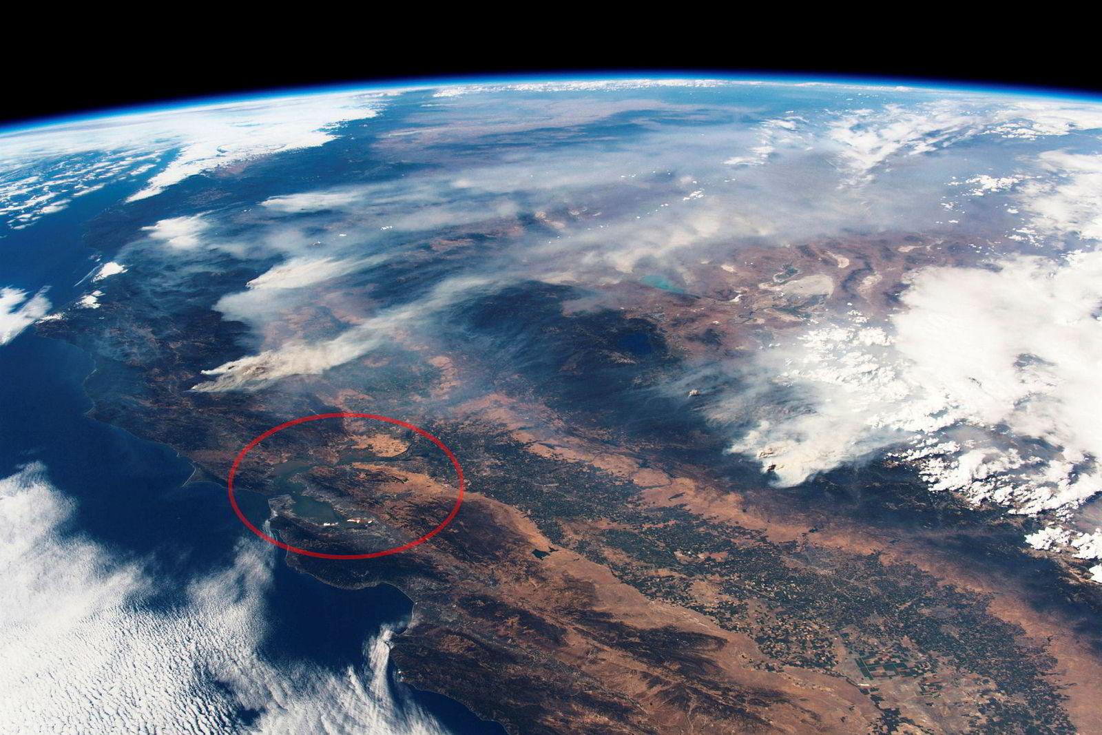 Dette bildet fra den europeiske romfartsorganisasjonen (Esa) viser California sett fra den internasjonale romstasjonen 2. august. Ringet rundt er byen San Francisco, med branner i både nord og øst. Det brenner hovedsakelig i ubebodd terreng, men ukontrollert spredning grunnet varme vinder og stadig flere småbranner truer delstatens mindre byer.