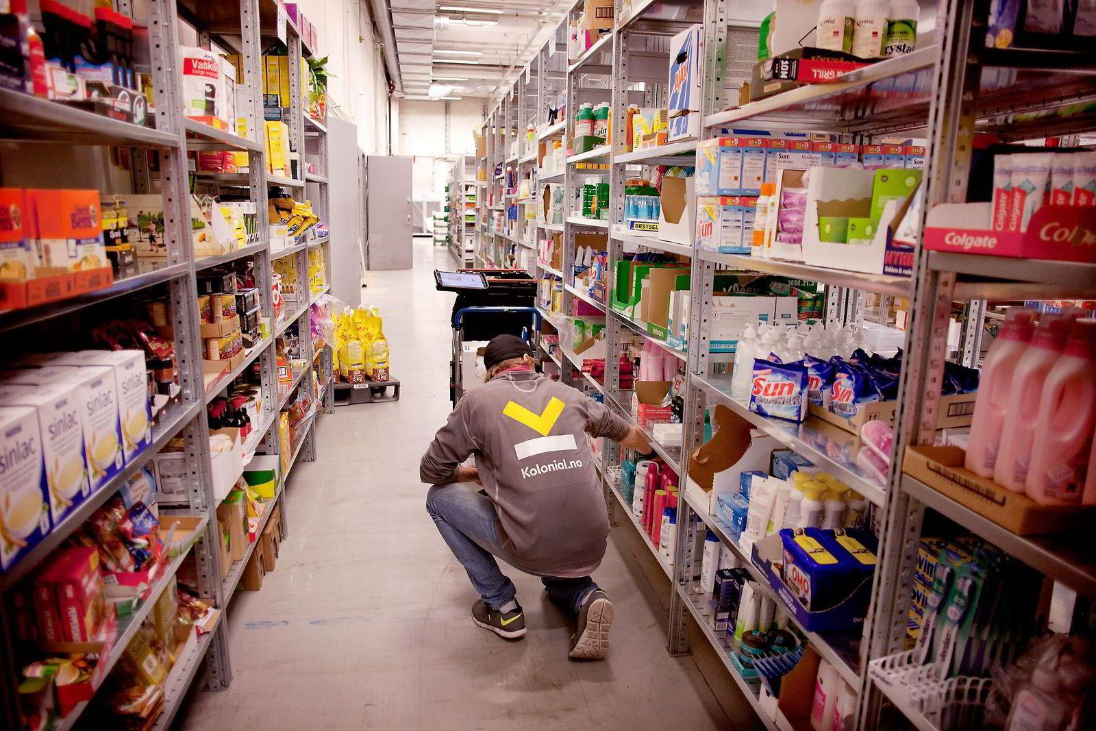 Aktører som i dag tilbyr «dagligvarer på nett», som Marked.no og Kolonial.no, må forholde seg til en høy miks av ulike ordre- og produktsammensetninger og et varierende etterspørselsmønster, skriver innleggsforfatterne. På bildet pakkes dagligvarer på vei ut til kunder. Foto: