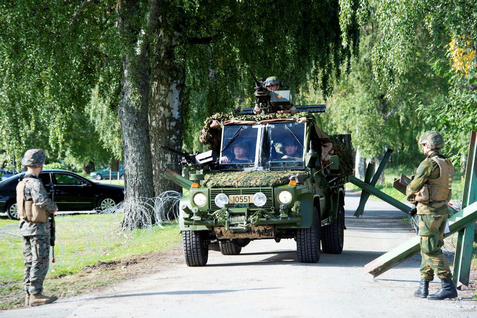 Statsminister Erna Solberg varsler et kartleggingstokt etter olje og gass helt inn til russergrensen. Tirsdag var Solberg på besøk på Værnes Garnison. Hun skimtes så vidt til venstre i bilen.