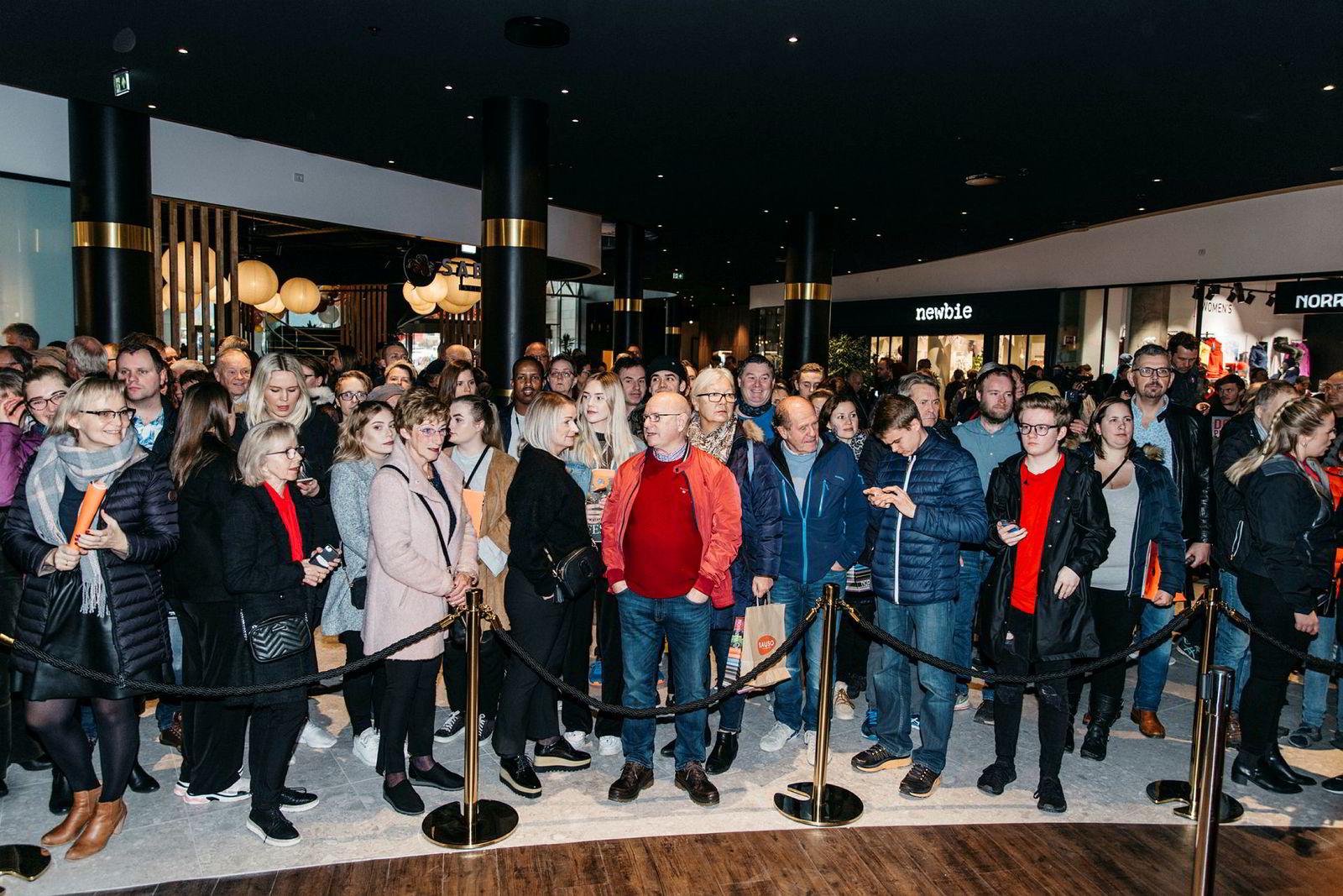 Publikum har samlet seg for å se på åpningen. Olav Thon åpnet i dag et av landets største kjøpesentre på Moa utenfor Ålesund.