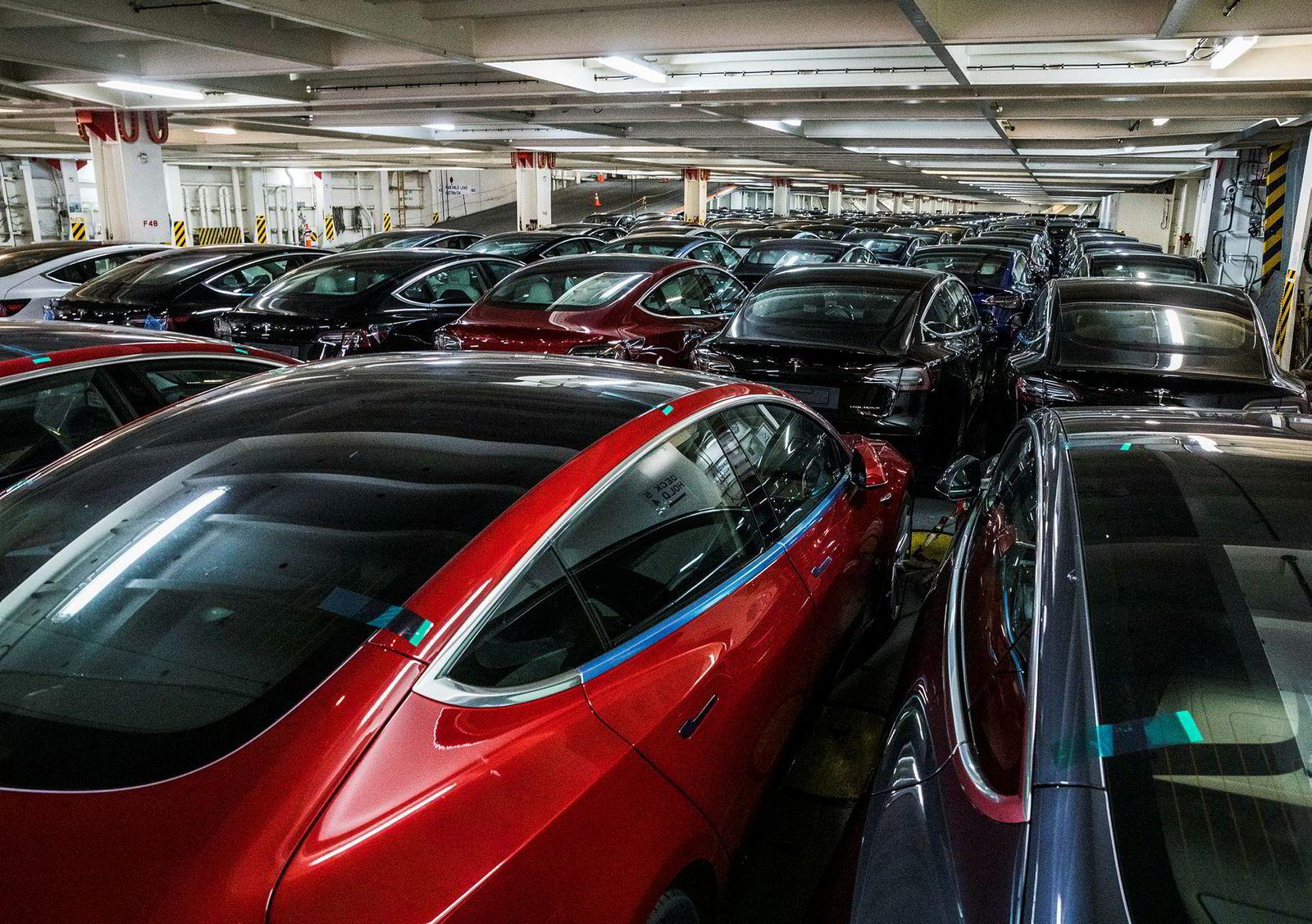 På dekk fem står rekke på rekke med biler. Tesla Model 3 så langt øyet kan se.