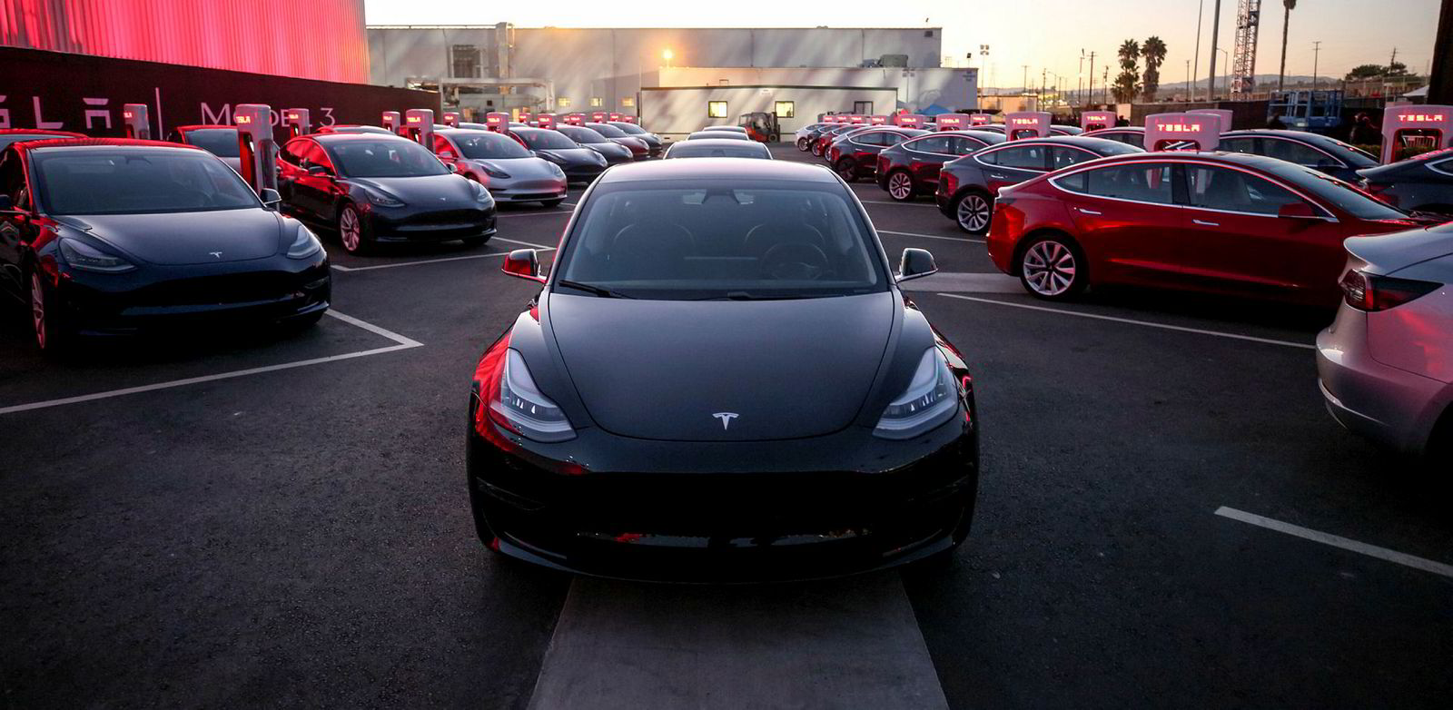 I fjor sommer leverte Tesla ut de første Model 3.