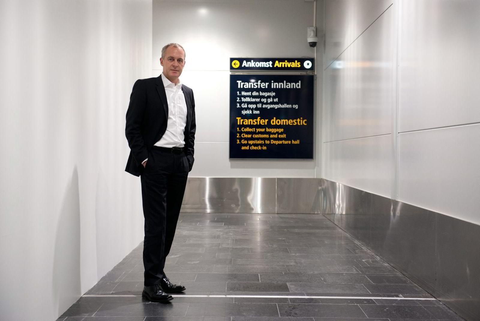 0e1f495a Håkon Fjeld-Hansen i Travel Retail Norway viser den nye utgangen i  ankomsthallen på Gardermoen