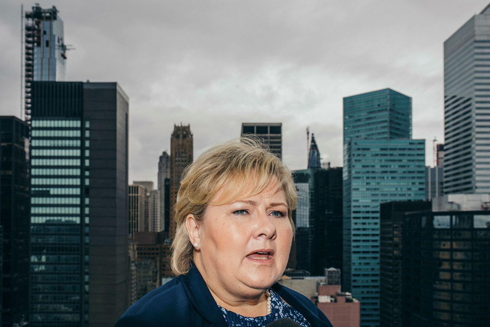 Statsminister Erna Solberg tror høstens mellomvalg i Kongressen i Washington, D.C også kan få følger for handelspolitikken. Her på balkongen til til Norges FN-ambassadør, Tore Hattrem.