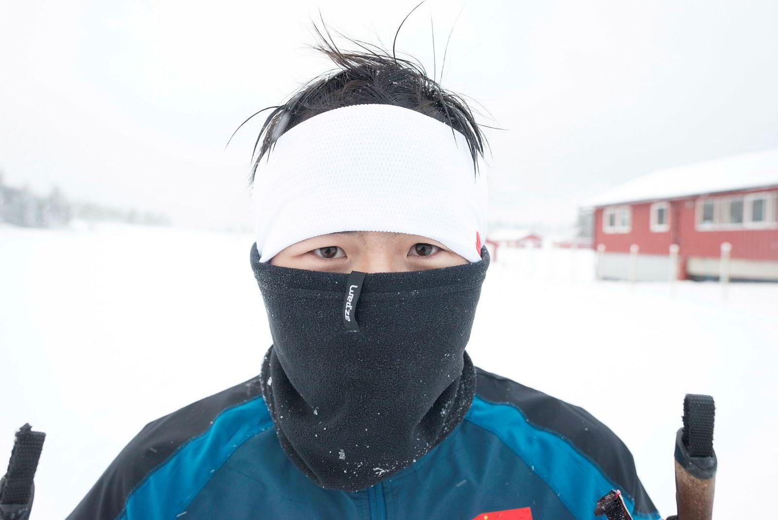 Wang Dingyao (20) holder kulden og snøføyken unna.