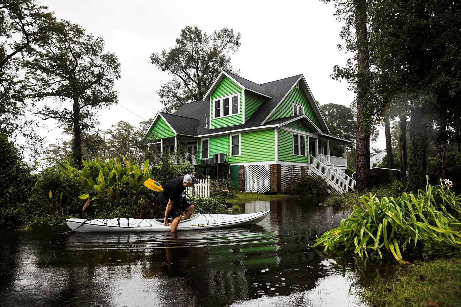 Larry Hutchkins ble i huset under stormen, når bruker han kajakk for å komme seg rundt. Byen Washington i Nord Carolina ble kraftig oversvømmet, men vannet har trukket seg mye tilbake.