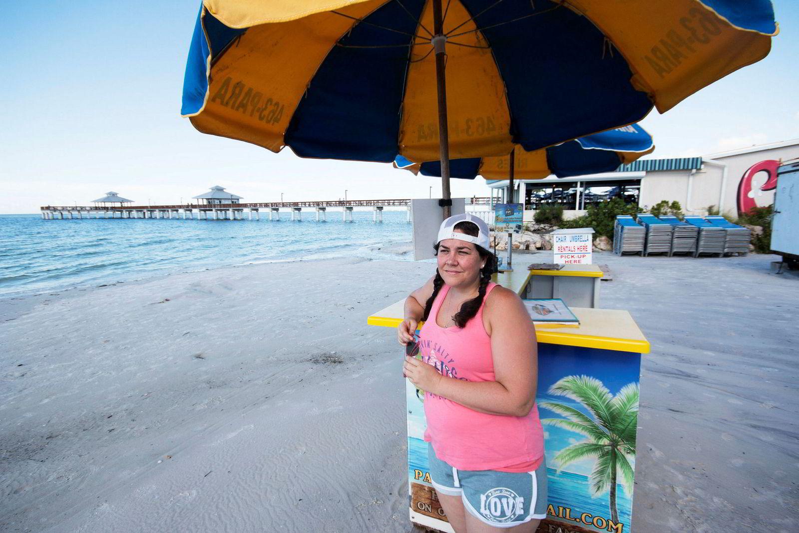 Marie Harris, selger flyturer over havet. Vanligvis er det fullt på stranden ved lunsjtider, men nå er den kilometerlange stranden i Fort Myers nesten folketom.