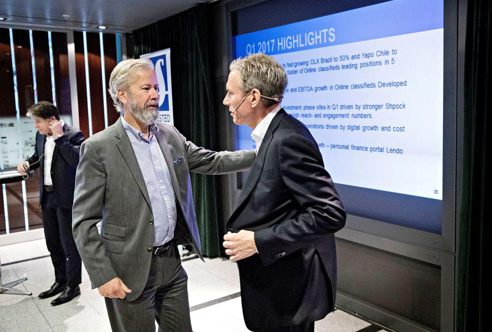 Styreleder Ole Jacob Sunde (til venstre) grep inn under kvartalspresentasjonen fredag for å forsvare konsernsjefen Rolf Erik Ryssdal og finansdirektør Trond Berger (bak) mot kritiske spørsmål fra analytikere som reagerer på at Schibsted brenner hundrevis av millioner på loppemarked-appen Shpock.