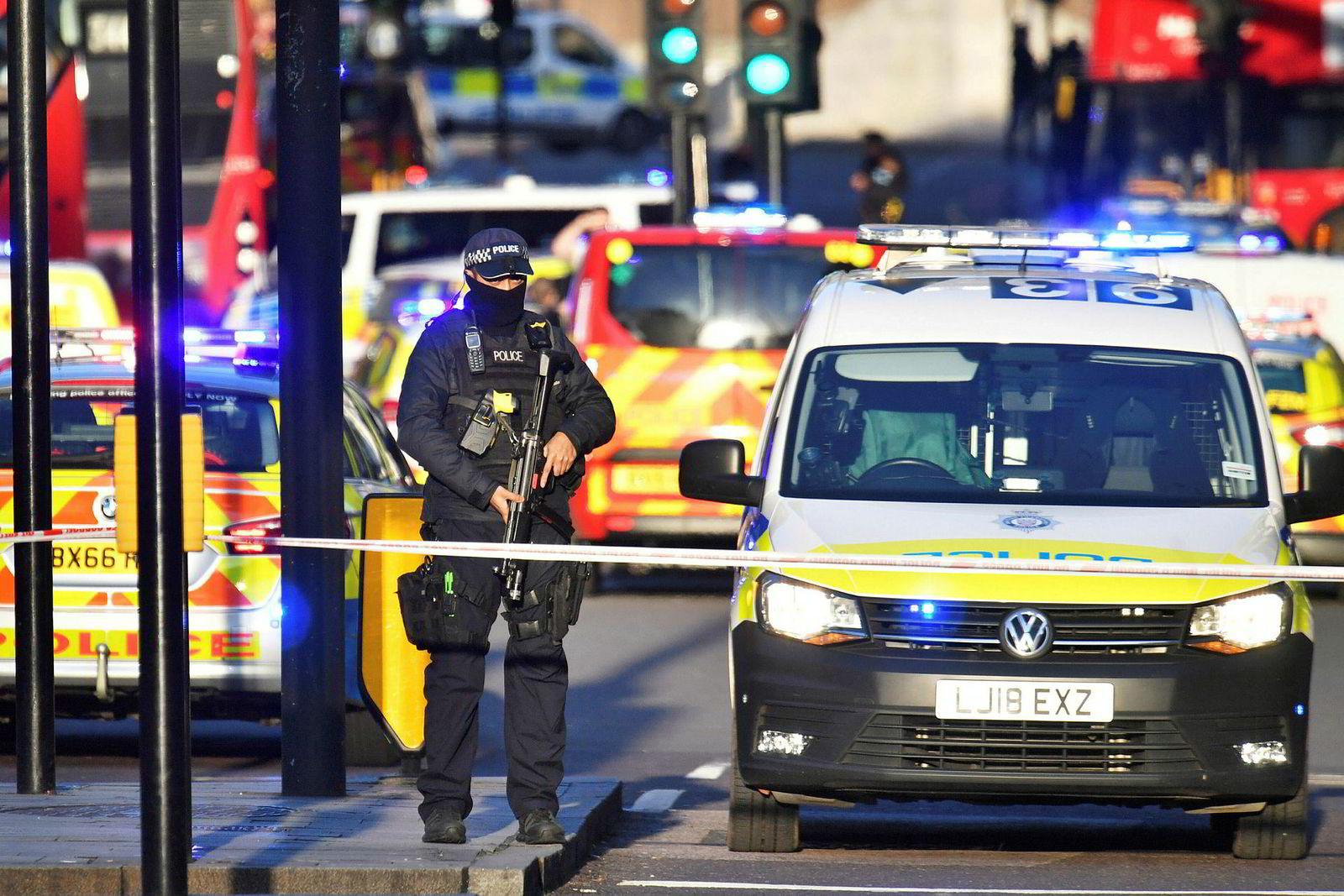 Bevæpnet politi er til stede på London Bridge, og har stengt av broen for offentligheten. Områder i nærheten skal også være stengt, ifølge britiske medier.