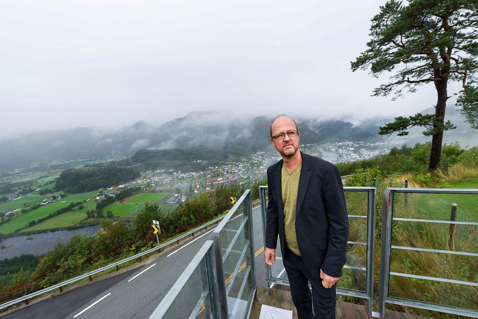 Trond Moi legger ned driften av Bølgen&Moi i Kristiansand med tungt hjerte. – Det er en helt absurd og uvirkelig situasjon, sier han. Her fra en tidligere anledning i hjembygda Kvinesdal.