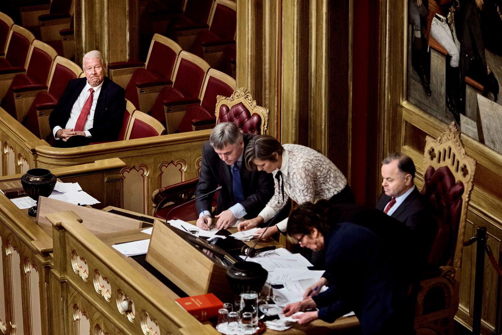 Carl I. Hagen sitter på sidelinjen i Stortinget, mens stemmene som setter en endelig stopp for hans drøm om plass i Nobelkomiteen blir talt opp.