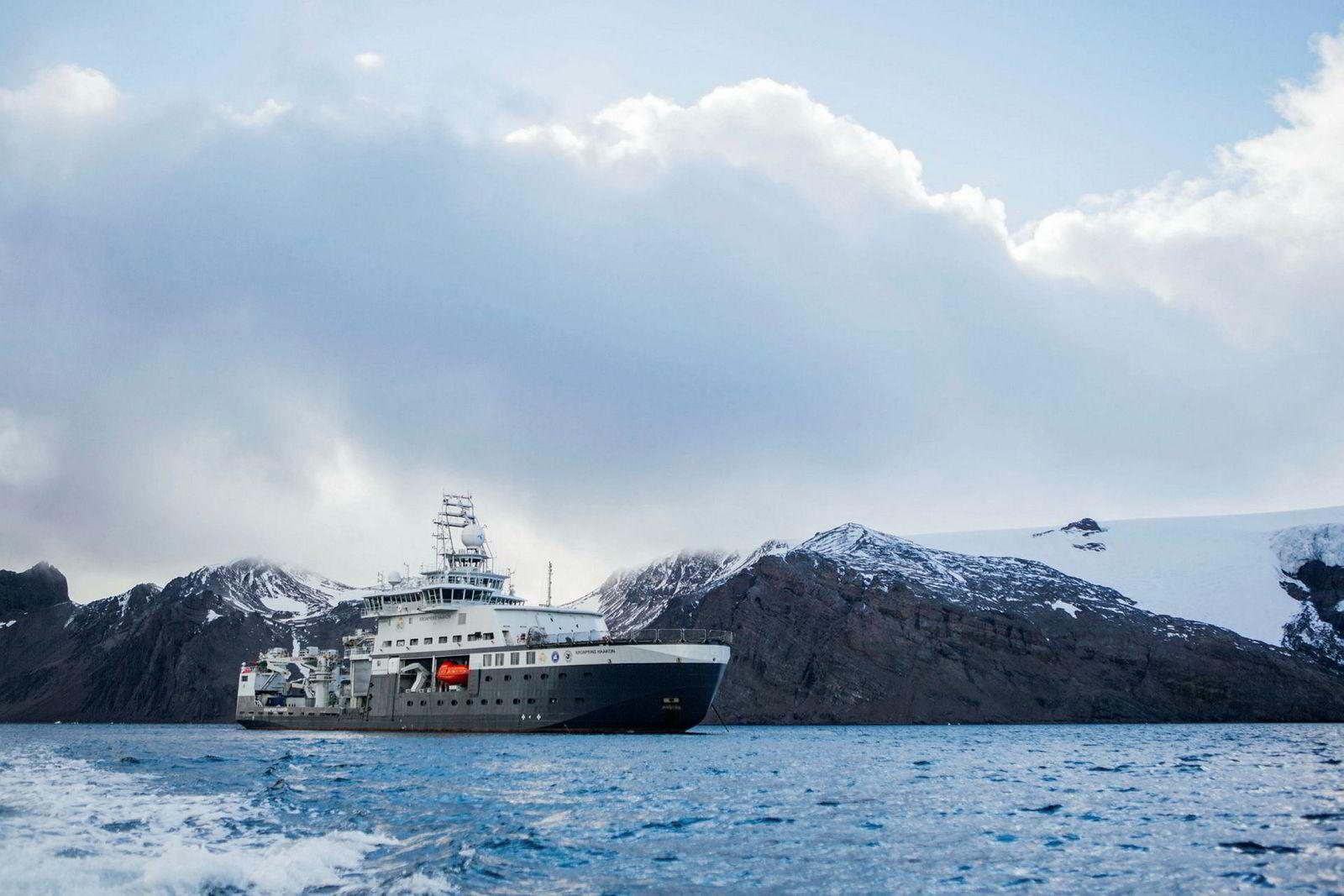 Forskningsfartøyet «Kronprins Haakon» utenfor King George Island i Antarktis.