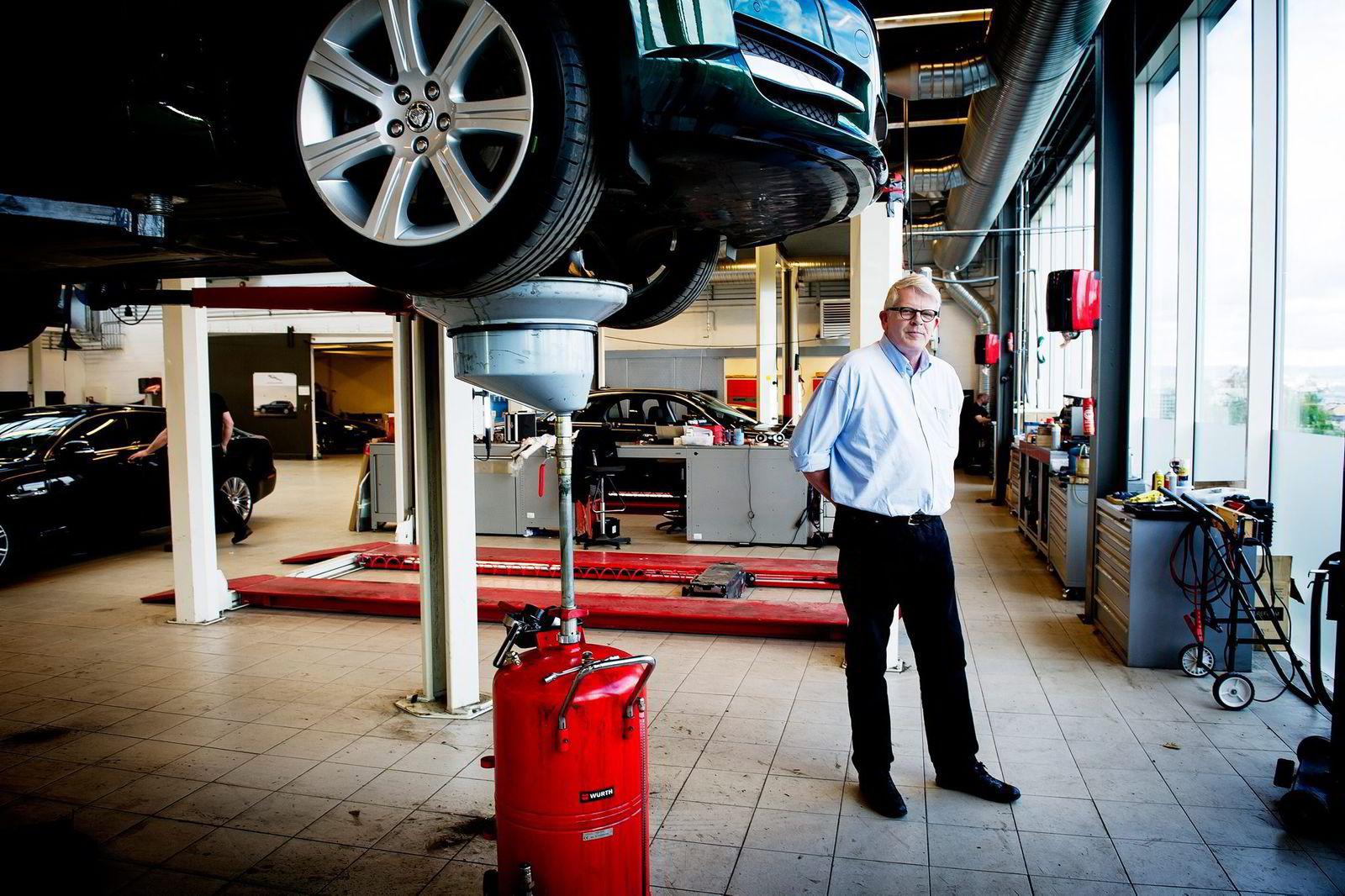 Styreleder Henrik Hagen hos luksusbilforhandler Insignia i Oslo regner med vesentlig økt omsetning slik at 2015 kommer til å se mye bedre ut. Foto: Gorm K. Gaare