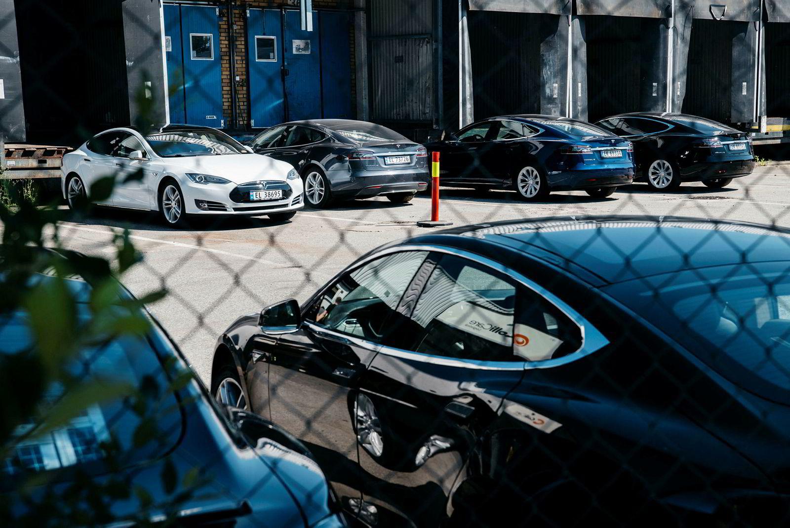 I sommer sto det en rekke Teslaer på Karihaugen i Oslo og ventet på verkstedtime. Anlegget på Karihaugen er nå i drift, men ikke på full kapasitet ennå, opplyser Teslas informasjonssjef.
