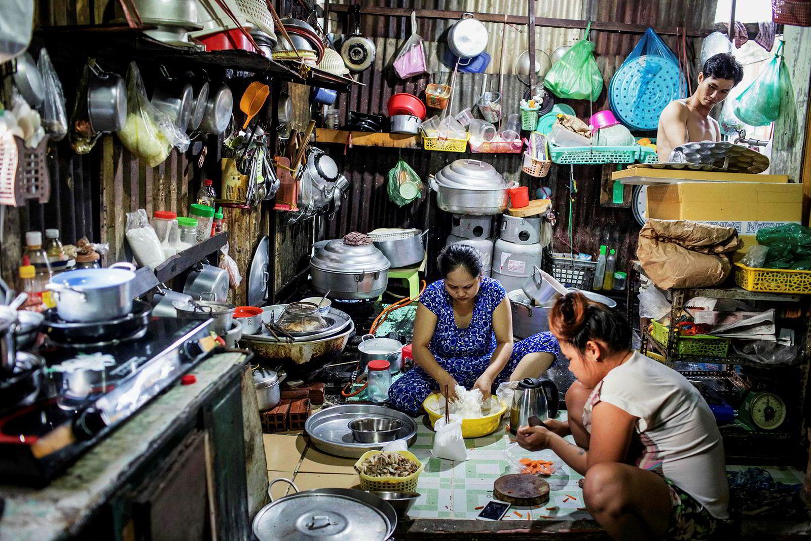 En familie lager mat i huset sitt ved kanalen. Innen 2020 må de flytte.