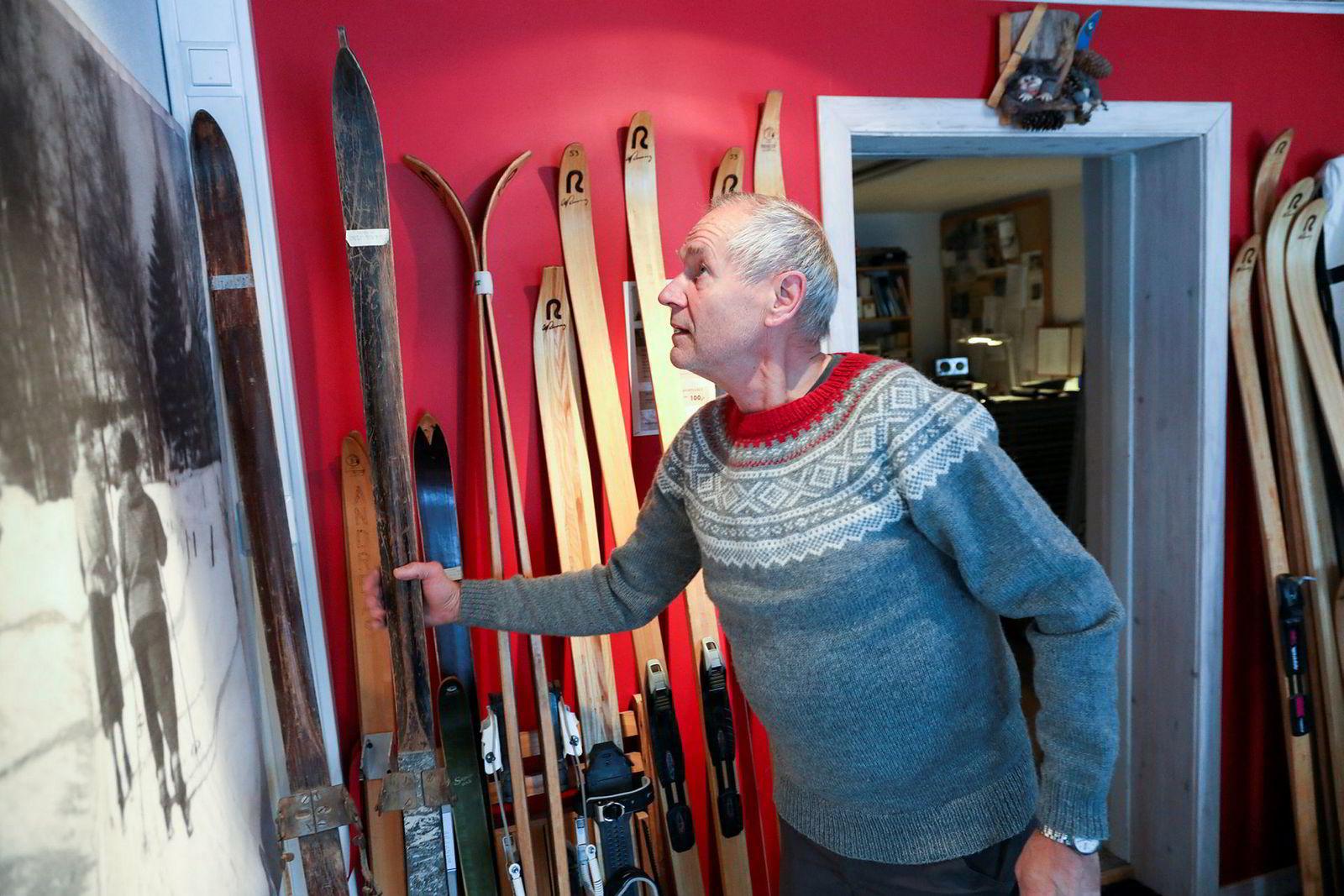 Ulf Rønning tar frem den eldste skimodellen som med sikkerhet er solgt fra fabrikken på siste halvdel av 30-tallet, da faren startet opp Rønning-merket. På bildet på veggen er Ulfs mor på skitur på samme type ski.