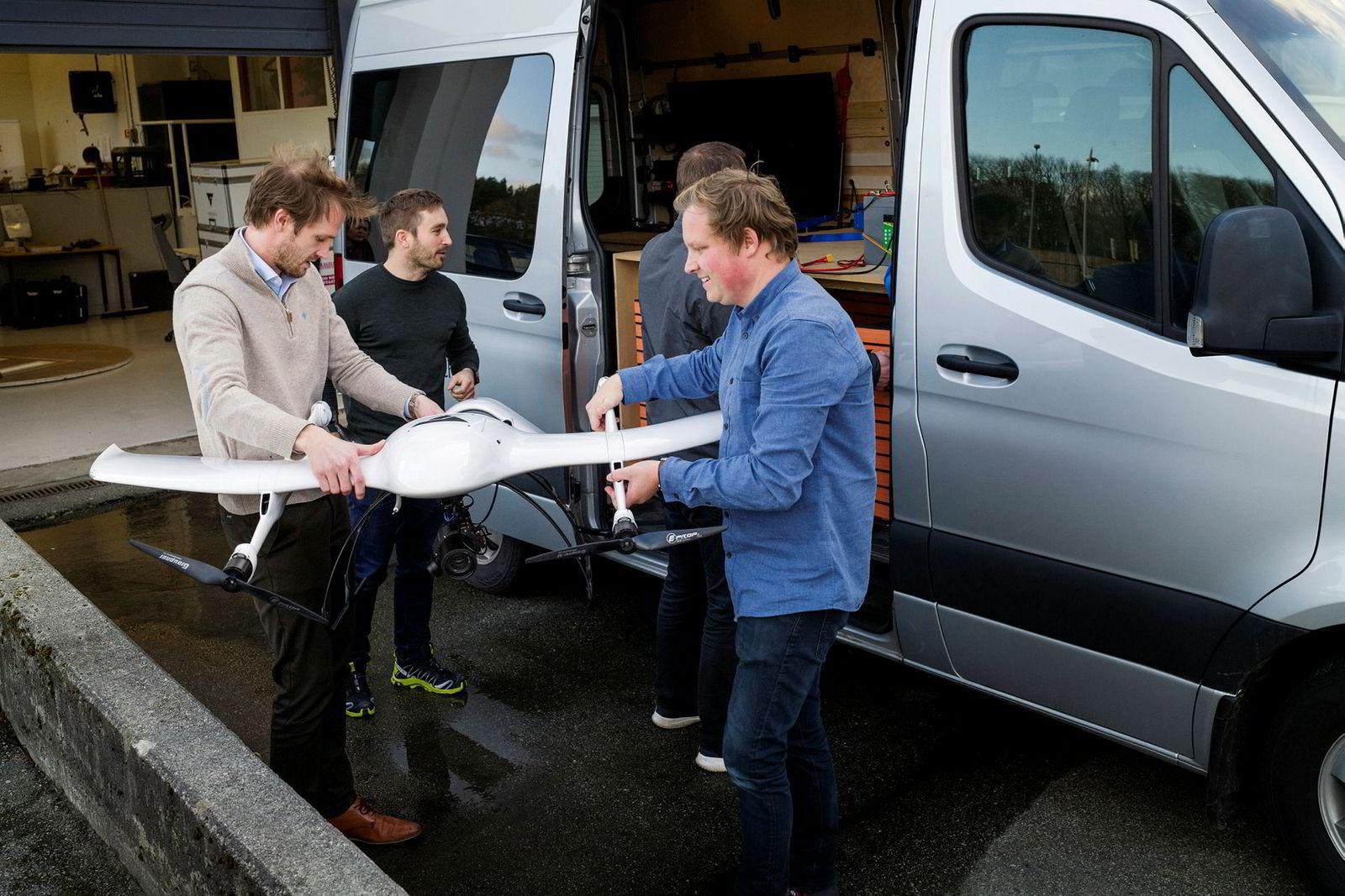 De tre gründerne bak selskapet KVS Technologies Cato Vevatne (fra venstre), Håkon Kjerkreit og Steffen Solberg med dronen. I denne bilen kan de frakte to droner og være mobile under operasjoner.