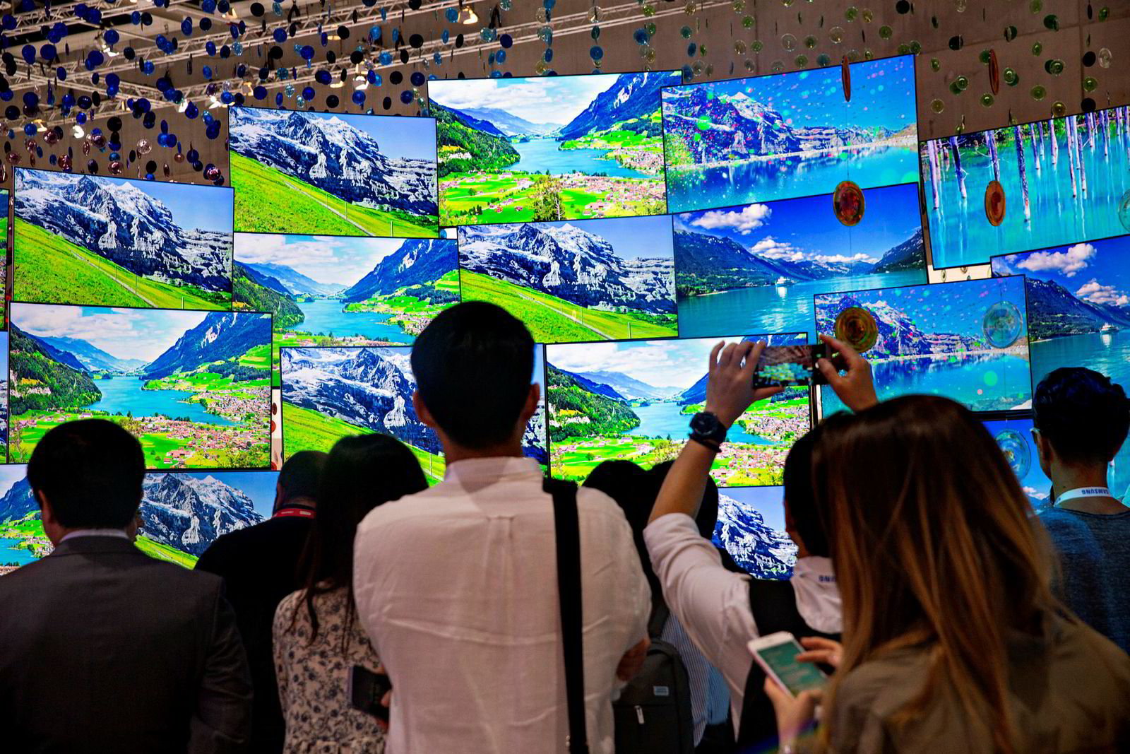 Samsungs TVer med kvantepiksler studeres og fotograferes under IFA-messen i Berlin FOTO: Marte Christensen . Samsungs Quantum Dot-teknologi gir noen av de beste tv-bildene man kan få i dag.