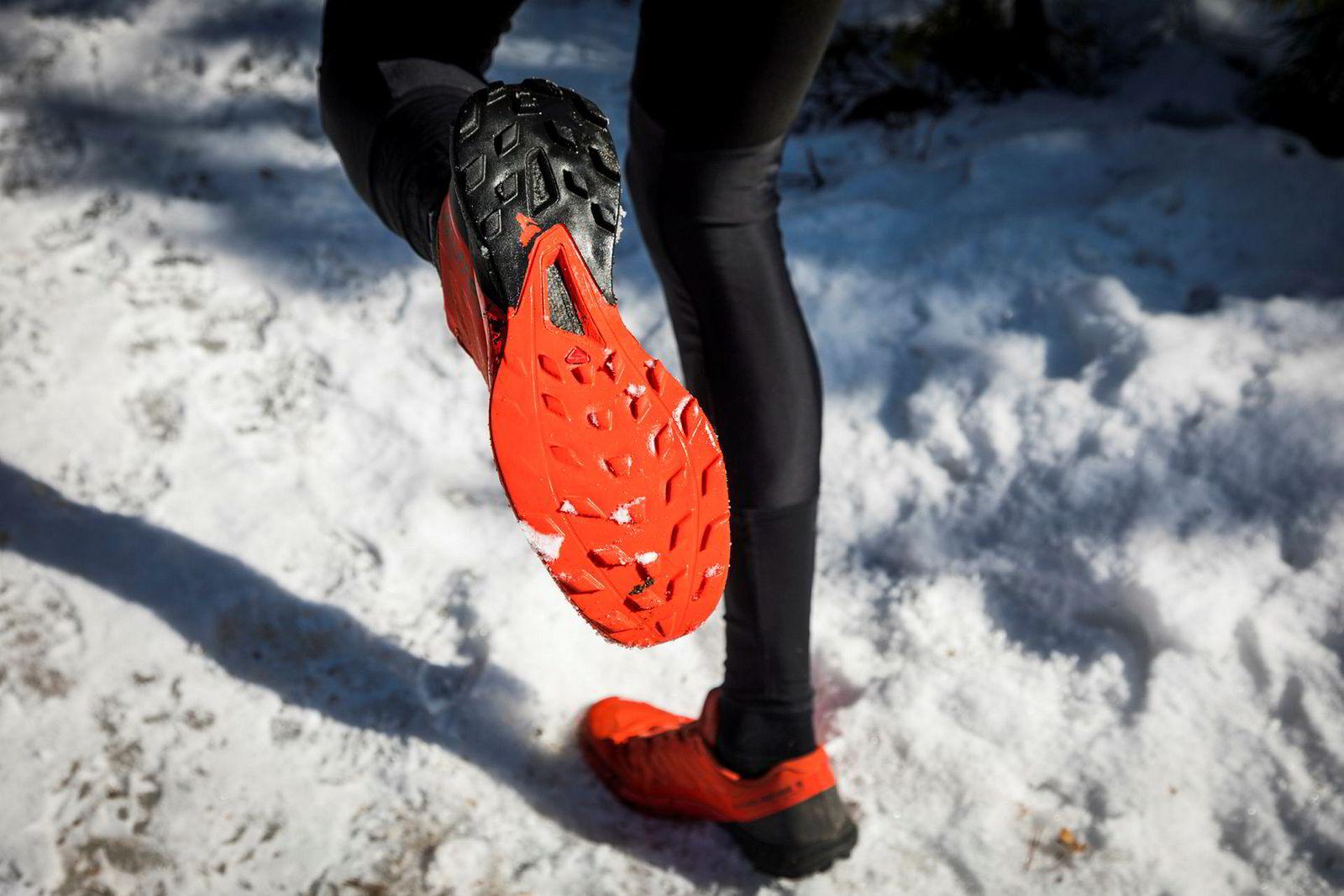Smedsrød sliter omtrent ut et par sko i måneden. De ytterste knastene på disse skoene er helt nedslitte på et nåværende par terrengsko.