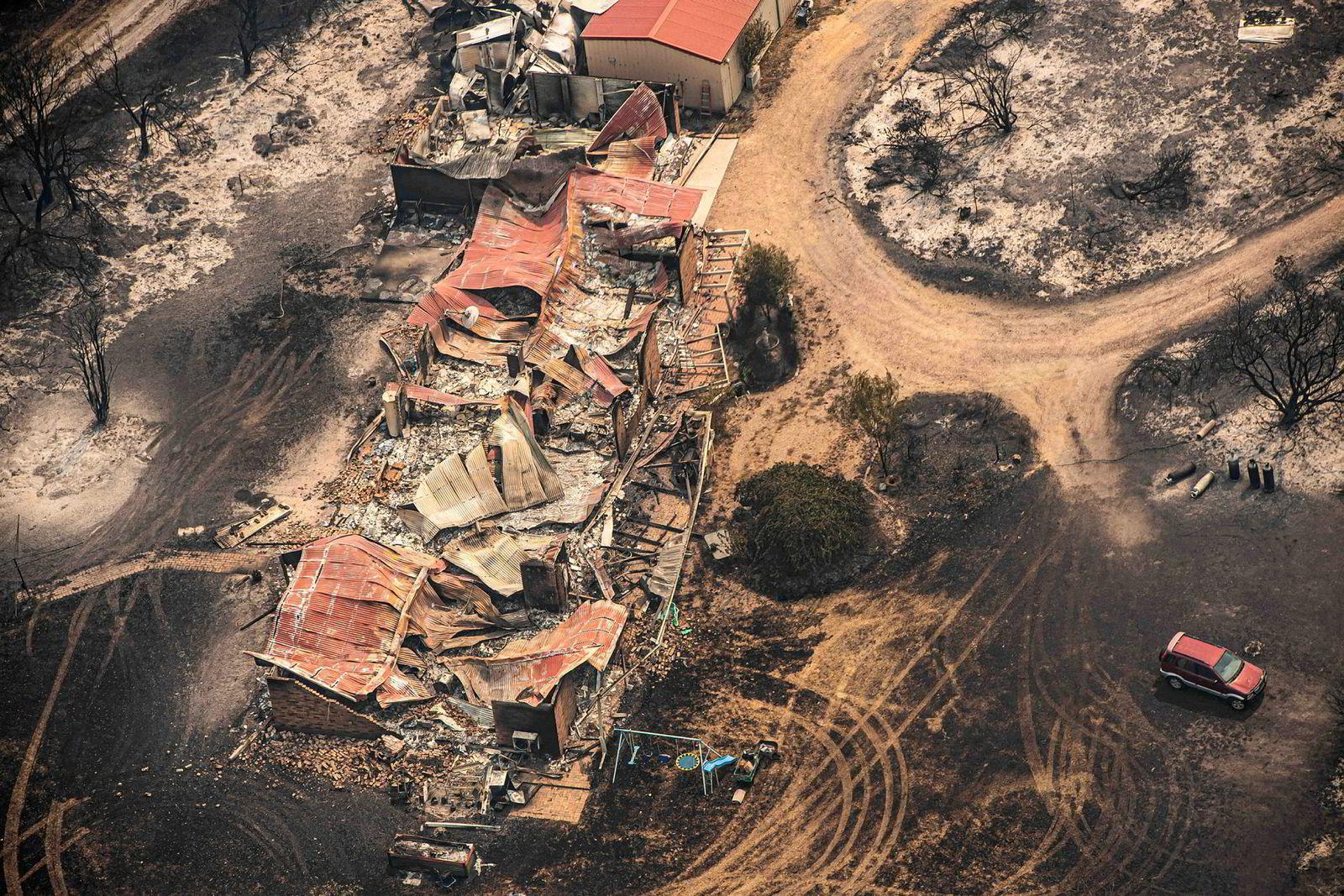 Flere bygninger og hus har gått tapt i flammene. Her fra Sarsfield i Victoria.