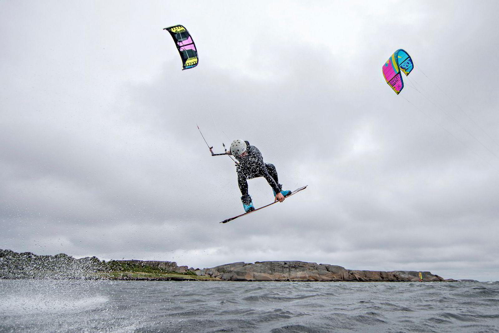 Australske Blaze Coles har tatt flere gull i NM i wakesurfing, der en kabelbane sørger for fremdriften på et wakeboard. Triksingen der og surfing store deler av livet har lagt fundamentet for en leken kjørestil også under kiten.