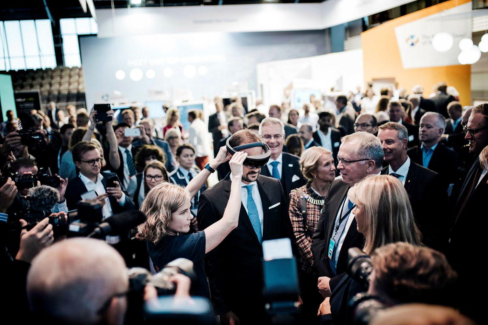 Kronprins Haakon fikk en virtuell omvisning av Equinor i forbindelse med at selskapet leverte inn utbyggingsplanen for fase to av gigantfeltet Johan Sverdrup. TIl høyre toppsjef Eldar Sætre, flankert av stavangerordfører Christine Sagen Helgø og prosjektdirektør Margareth Øvrum.Bak dem står olje- og energiminister Terje Søviknes.