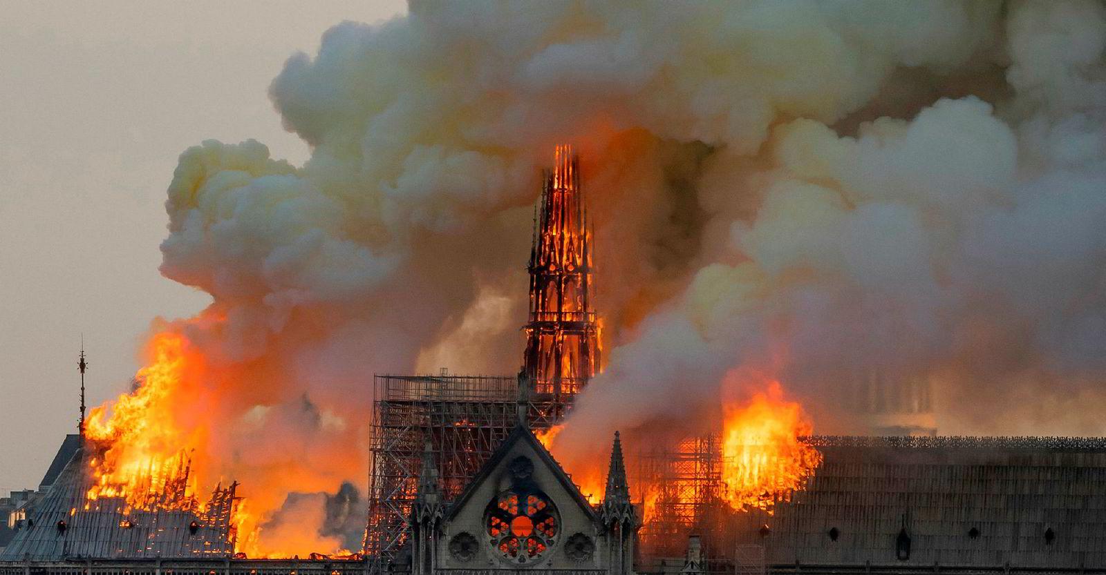 Røyk og flammer veltet opp fra Notre-Dame mandag.