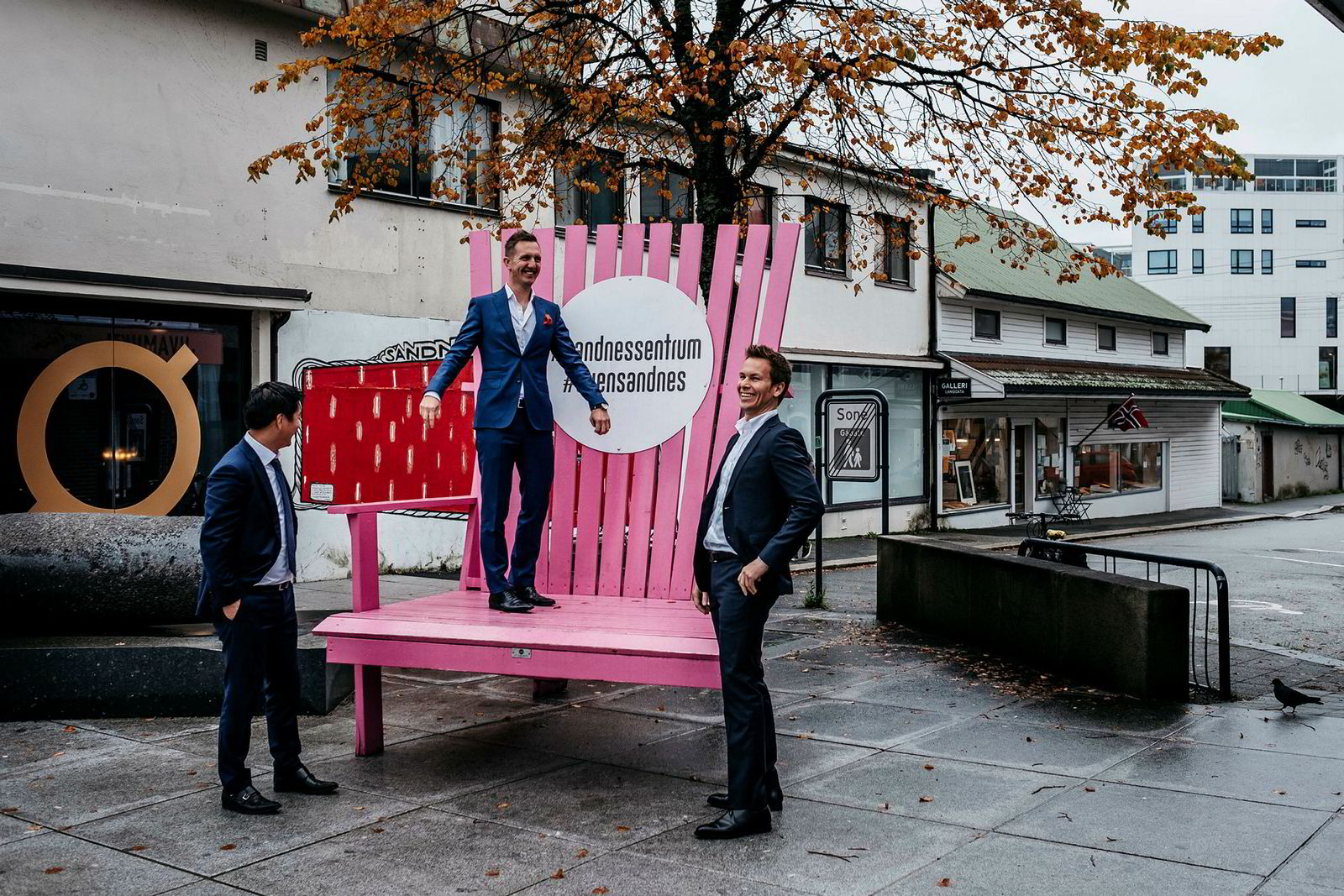 Partnerne Thomas Mjeldheim, til venstre, og Kjetil Andersen, i midten, sammen med finansdirektør Stian Dreyer Sørensen, til høyre, på tomta der de skal bygge hotell.